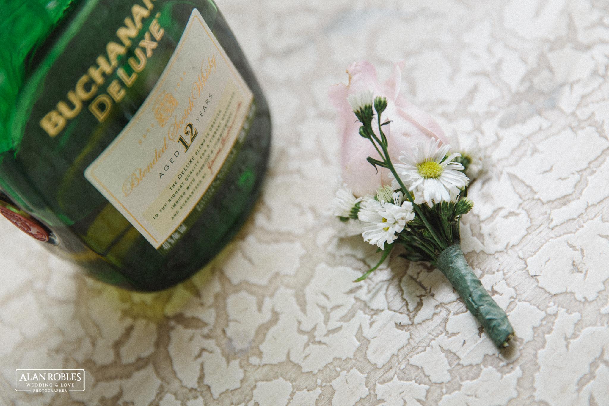 Botonier o Azar del novio en boda. Getting Ready del novio, fotografia de bodas en Blanco. Alan Robles, fotografo de Bodas en Guadalajara.