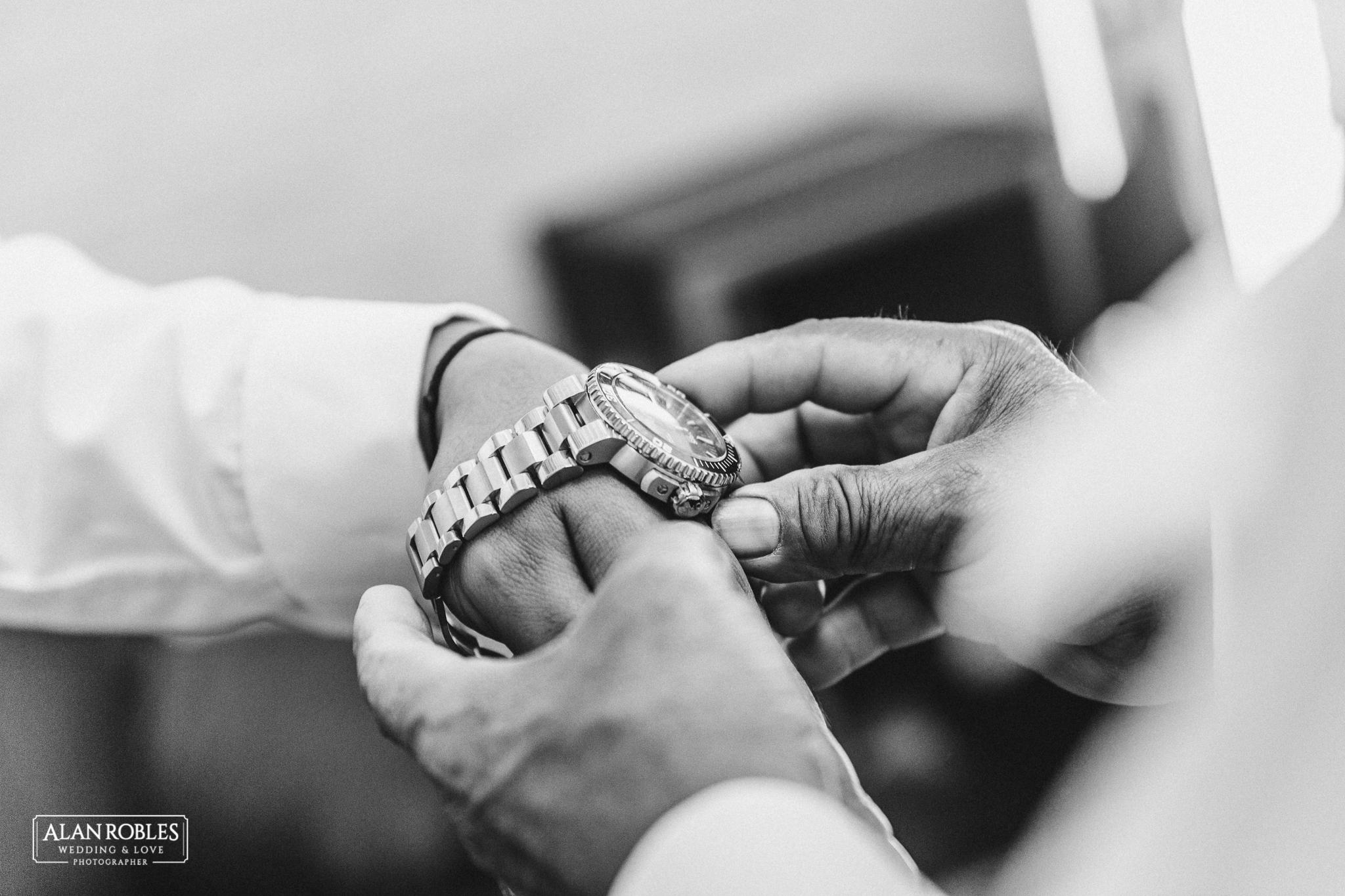 Getting Ready del novio, poniendose reloj. Fotografia de bodas en Blanco. Alan Robles, fotografo de Bodas en Guadalajara.