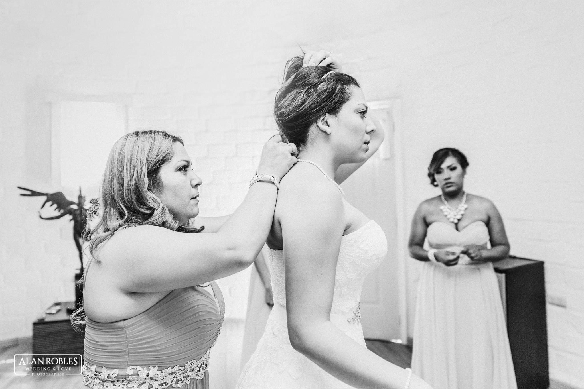 Getting Ready de la novia, fotografia de bodas en Blanco y Negro con las damas de honor. Alan Robles, fotografo de Bodas en Guadalajara.