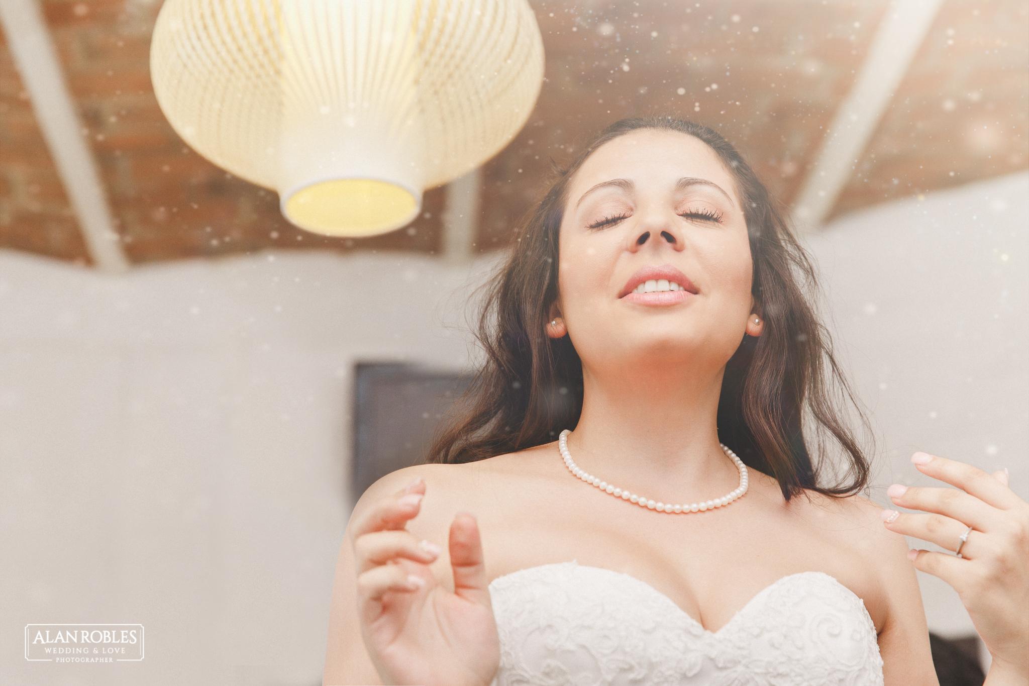 Novia enamorada con luces, el dia de su boda. Fotografia documental de bodas. Alan Robles, fotografo de bodas en Guadalajara.