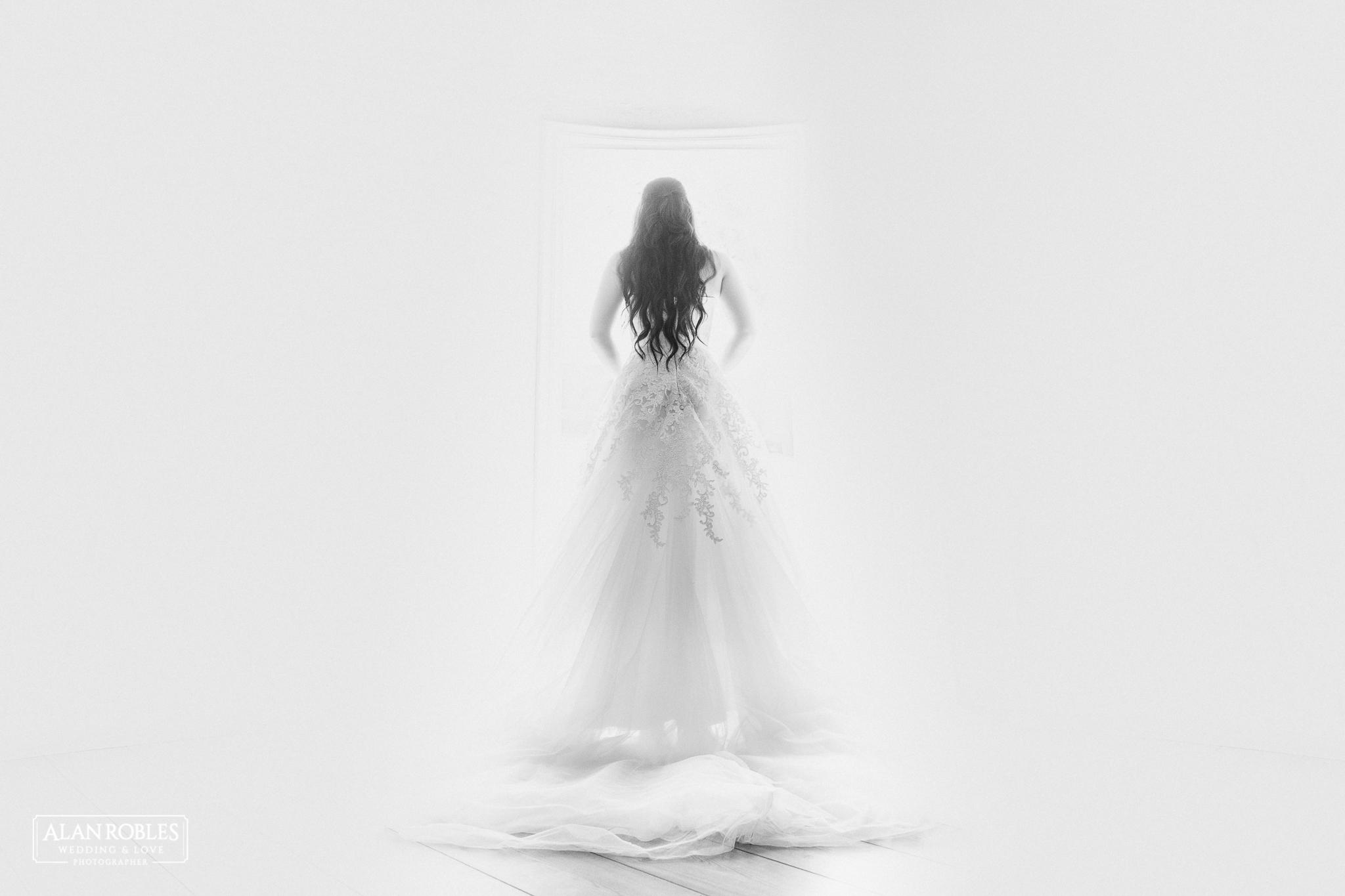 Retrato de novia y su vestido de boda. Fotografia de bodas en Blanco y Negro. Alan Robles, el mejor fotografo de Bodas en Guadalajara.