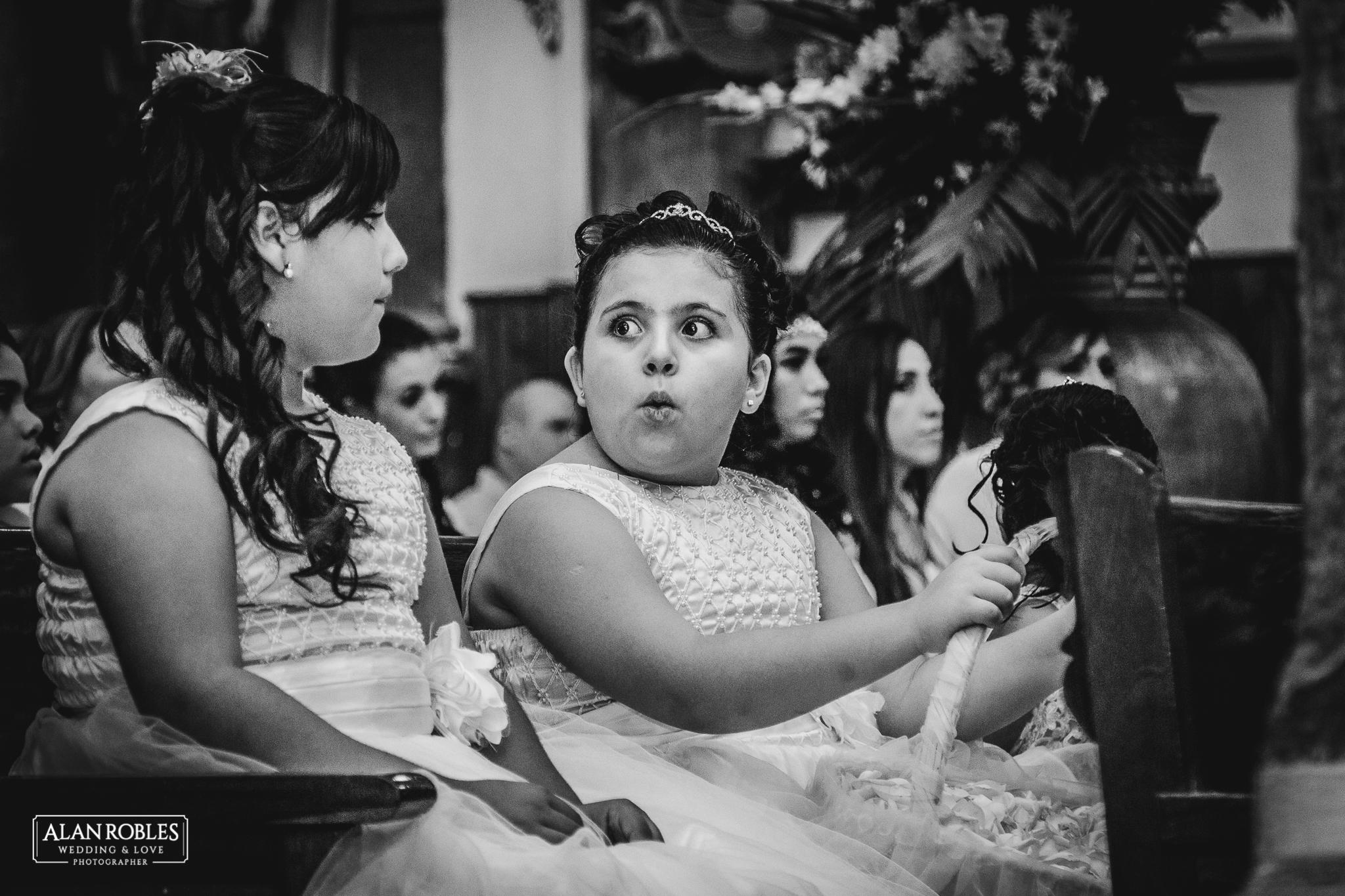 Foto de bodas en Blanco y Negro. Fotografo de bodas en Guadalajara Alan Robles. Parroquia Santo Santiago, Tonala.