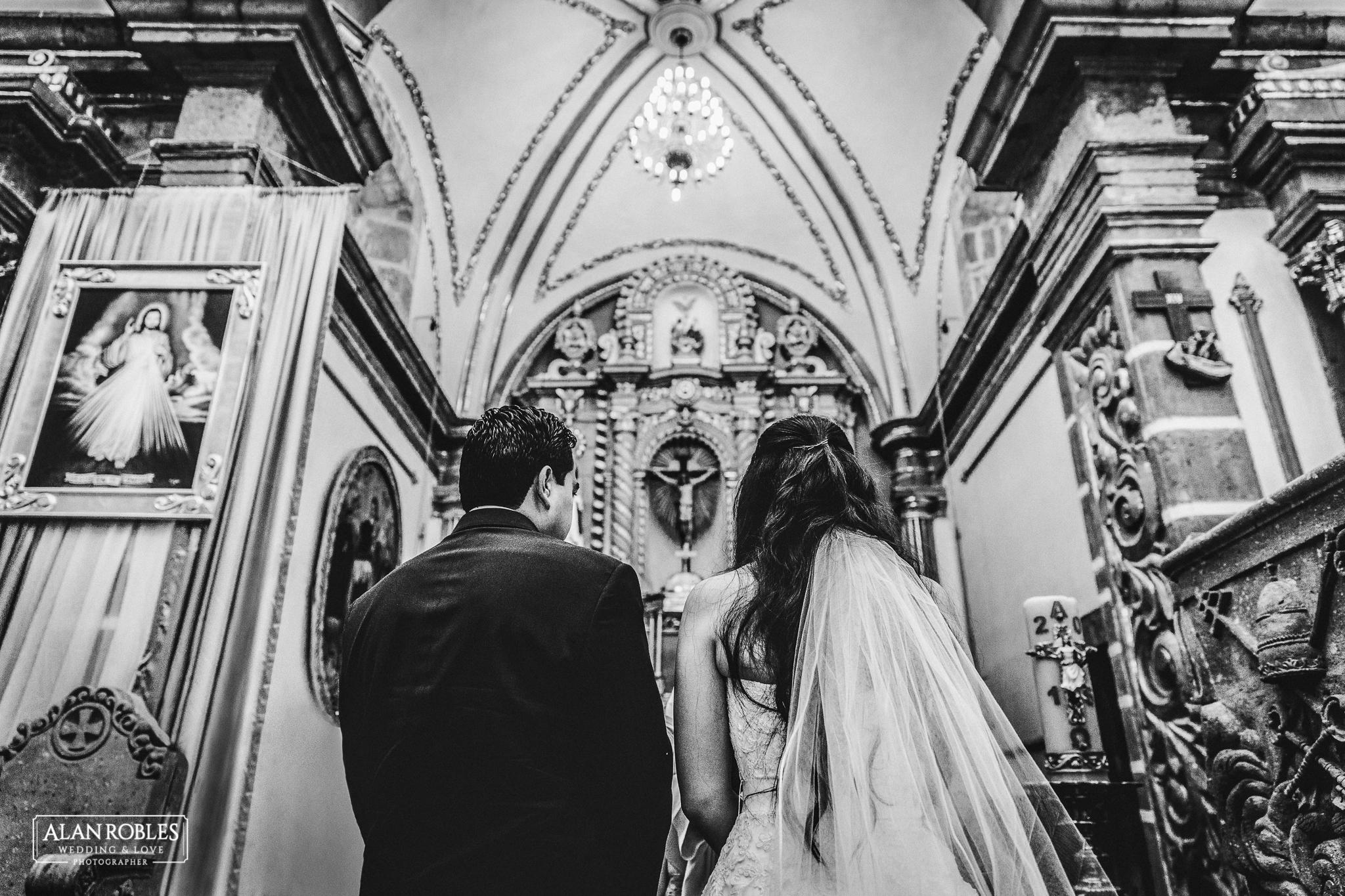 Novios en el altar el dia de su boda. Fotografia profesional de bodas por Alan Robles en Guadalajara.