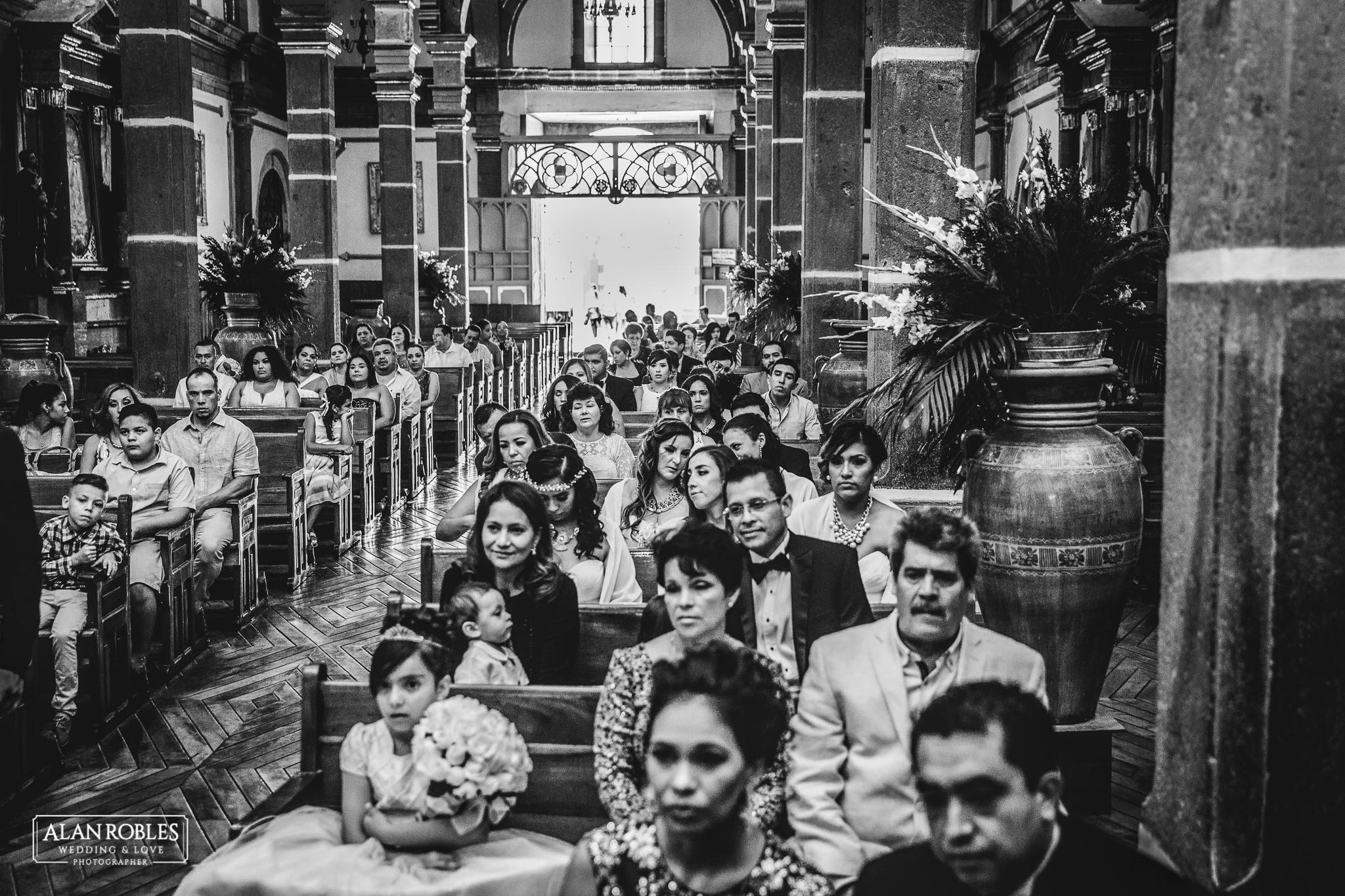 Invitados de boda en parroquia Santo Santiago en Tonala, Jalisco. Fotografo de Bodas Alan Robles.