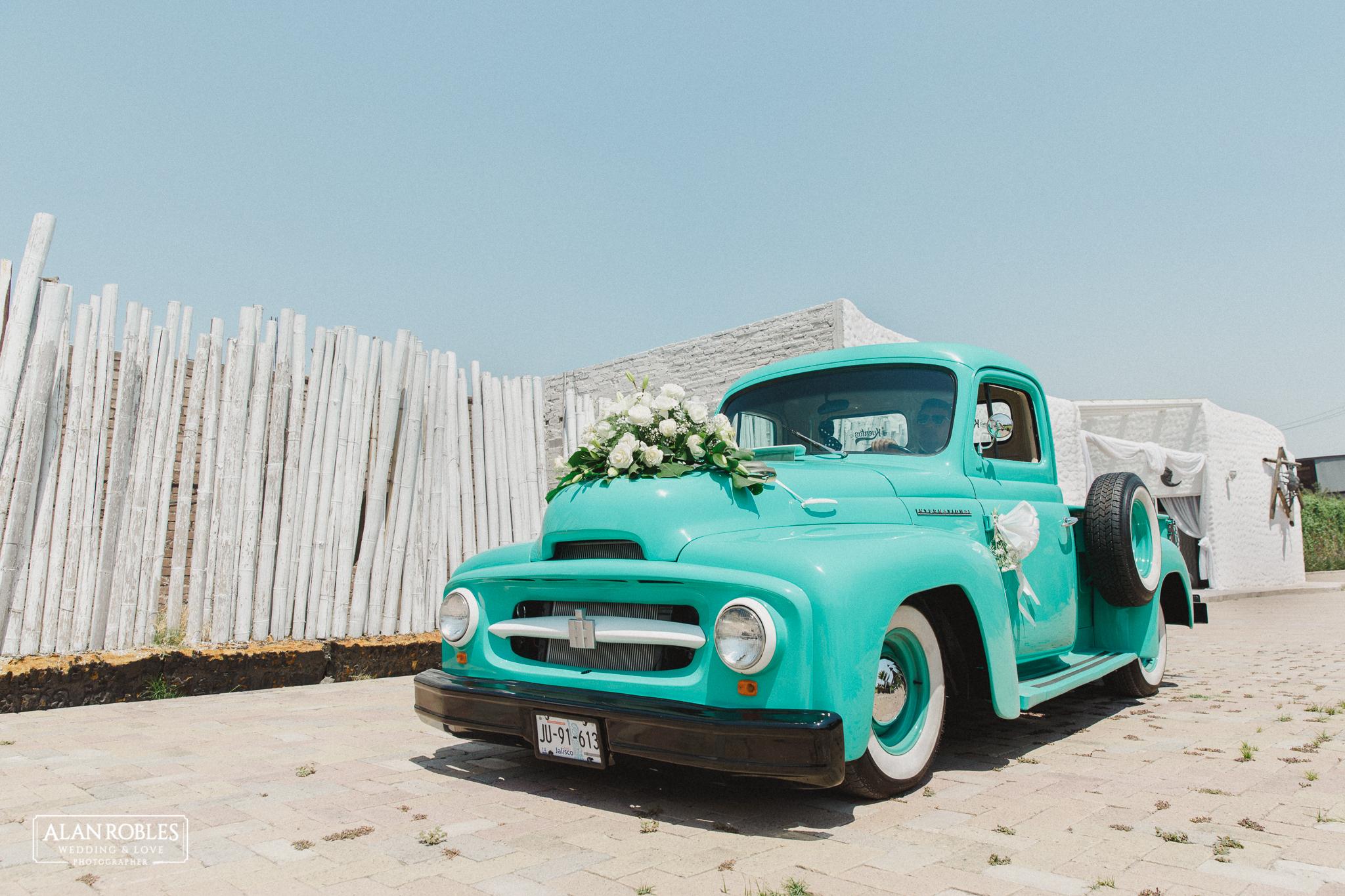 Coche de la novia, camioneta clasica international. Fotografia de bodas.