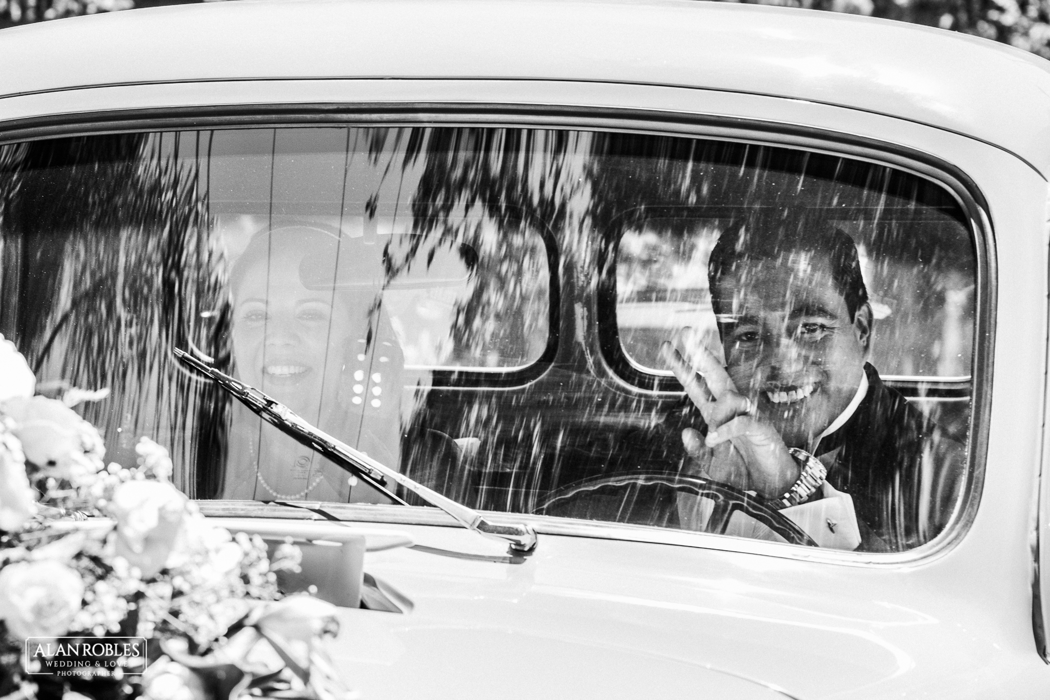 Wedding Moments. Fotografia documental de bodas. Novios en automovil. Alan RObles Fotografo de Bodas en Guadalajara.