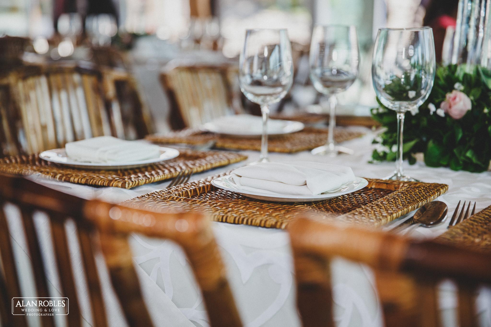 Arreglo de mesa para boda. Sillas de bambu y copas de cristal. Hacienda Los Pozos. Fotografo de bodas Alan Robles.