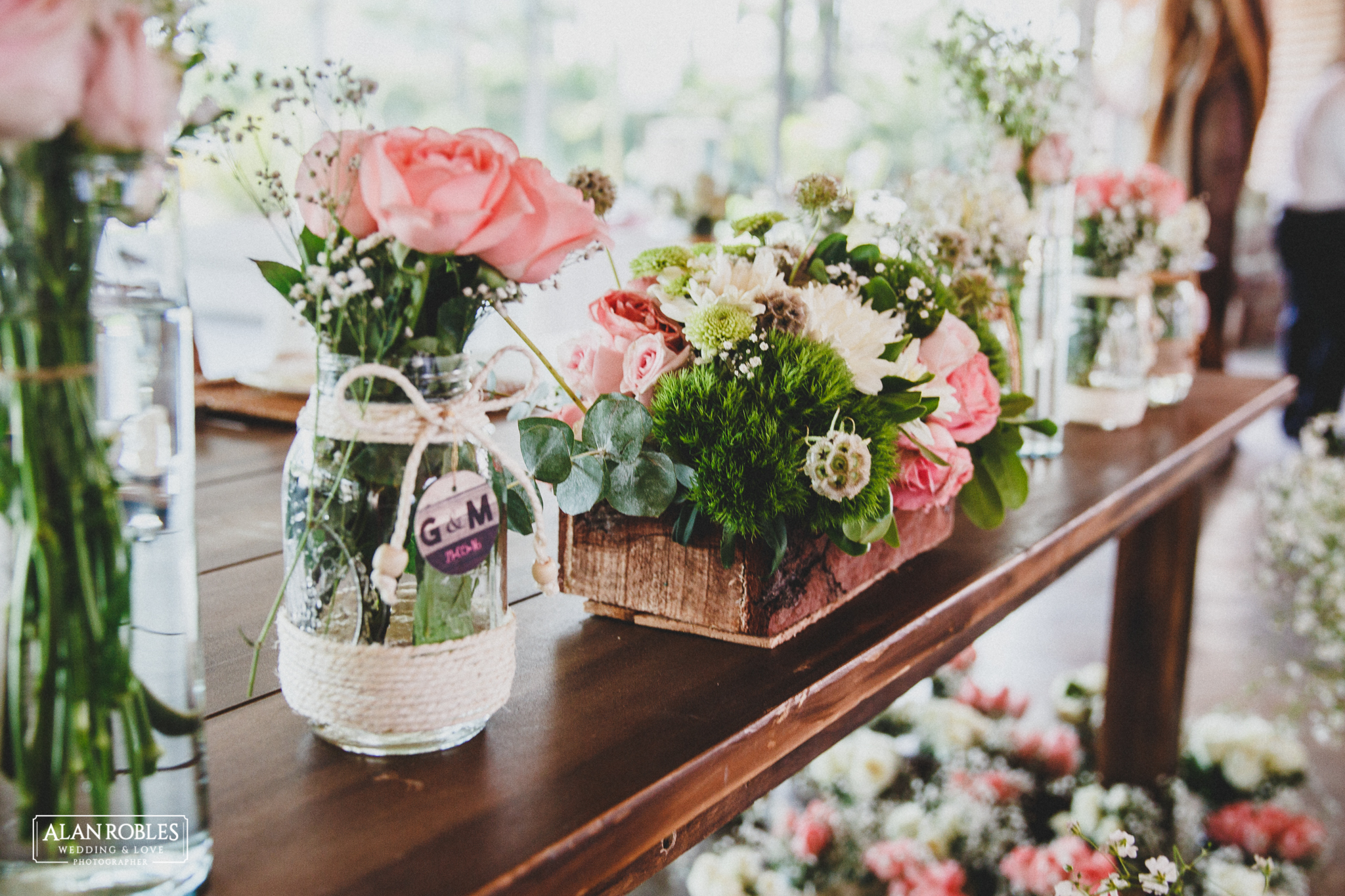 Arreglos de flores, centro de mesa para boda. Mesa de los novios. Fotografo de bodas Alan Robles.