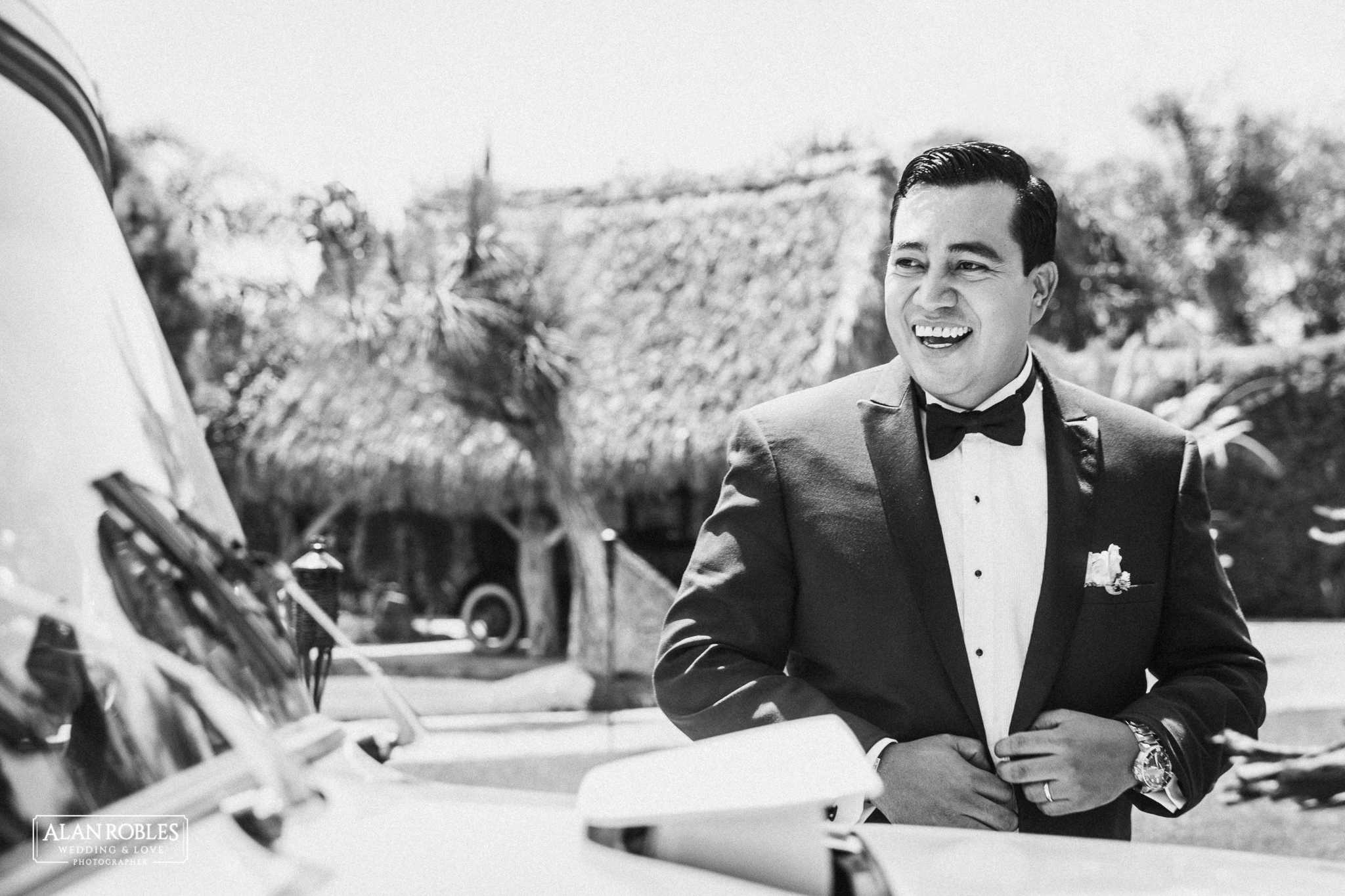 Novio sonriente con traje elegante el dia de su boda. Alan Robles fotografo de bodas en Guadalajara.