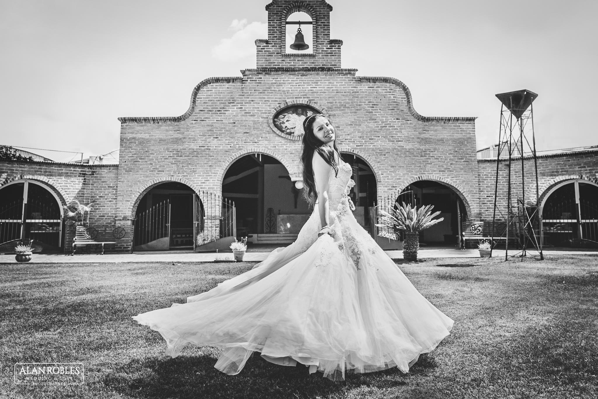 Novia Luciendo su vestido en movimiento en Hacienda Los Pozos. Fotografo de bodas Alan Robles.