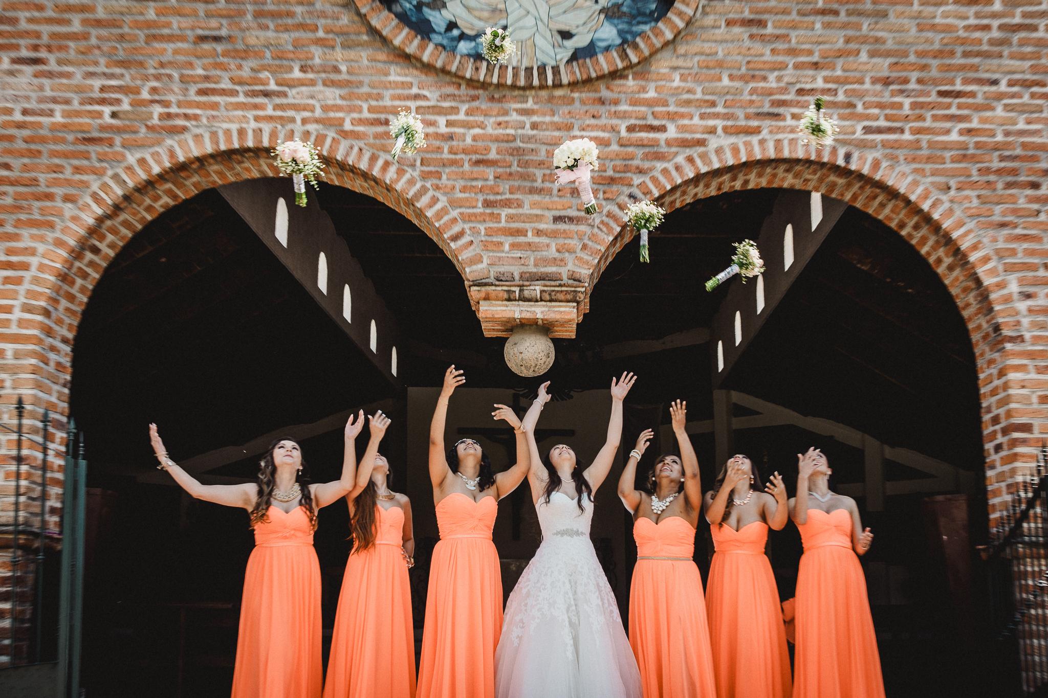 Sesion de fotos divertidas para novia y damas de honor. Aventando ramo. Alan Robles Fotografo de Bodas