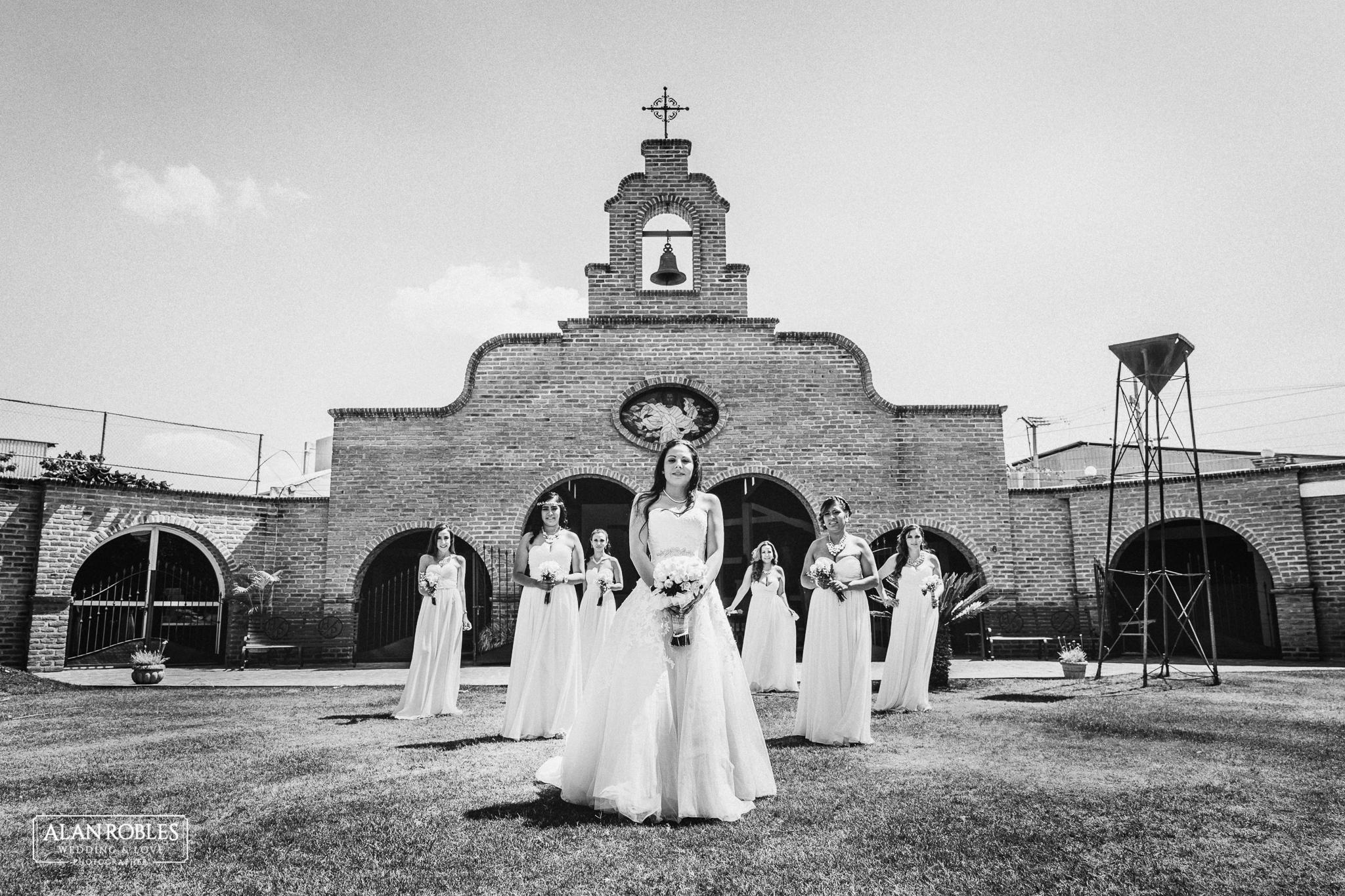 Novia y Damas de Honor en sesion de fotos divertidas con el mejor fotografo de bodas Alan Robles en Guadalajara.