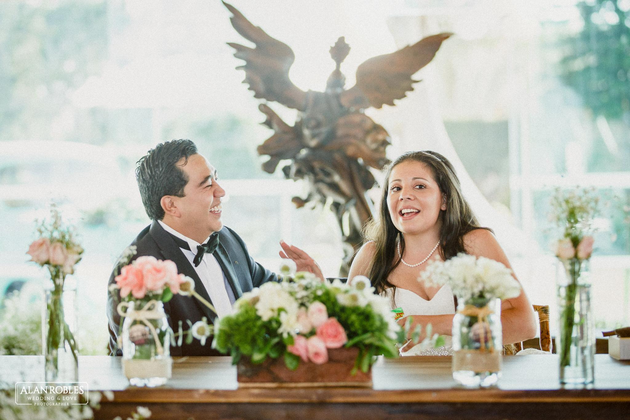 Fotografia de bodas. Novios Riendo en Hacienda Los Pozos. Alan Robles, fotografo de Bodas en Guadalajara.