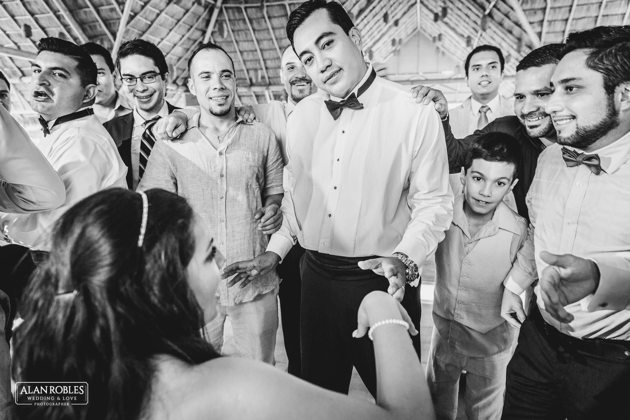 Wedding Moments. Fotografia documental de bodas. El novio y la liga en Hacienda Los Pozos. Alan Robles, El mejor fotografo de Bodas en Guadalajara.