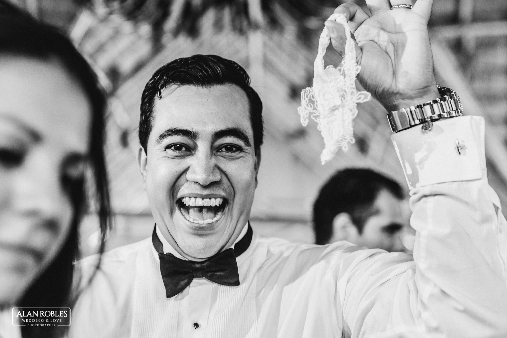Wedding Moments. Novio con la liga, sonriendo en Hacienda Los Pozos. Alan Robles, El mejor fotografo de Bodas en Guadalajara.