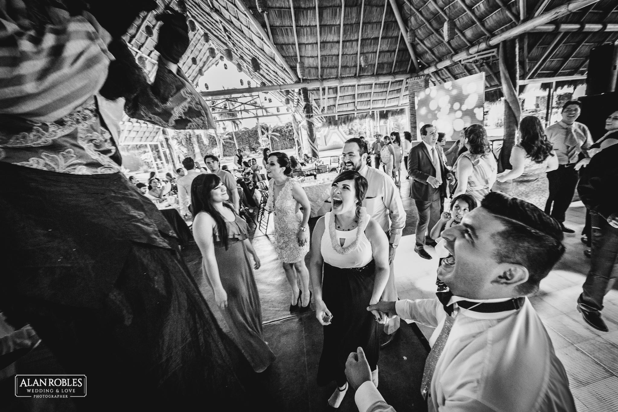 Wedding Moments. Fotografia documental de bodas. Invitados Riendo y bailando en Hacienda Los Pozos. Alan Robles, El mejor fotografo de Bodas en Guadalajara.