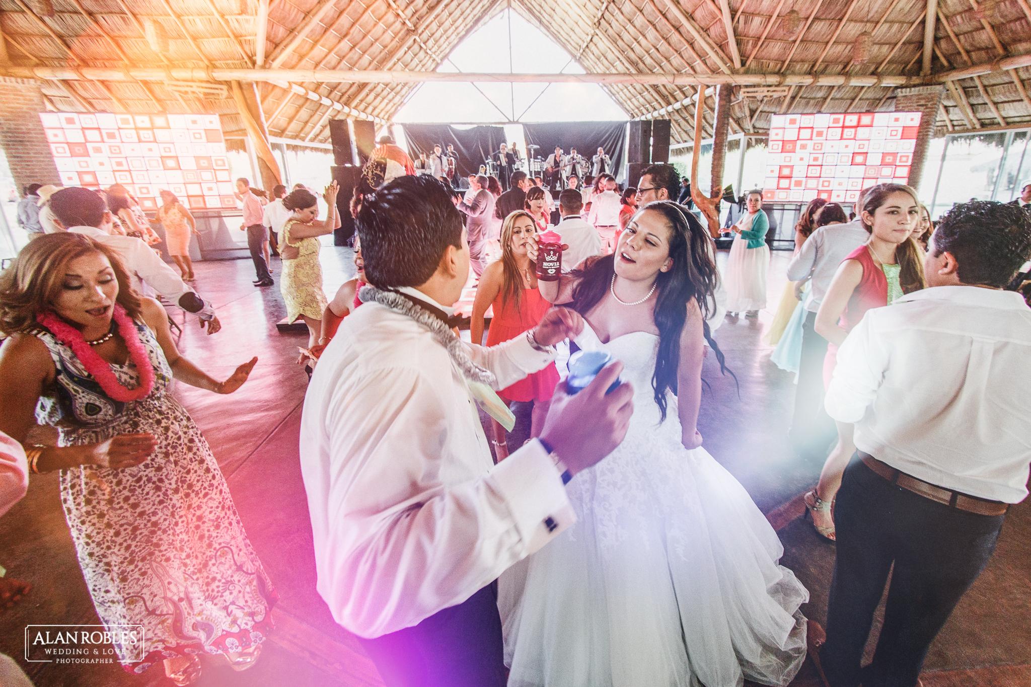Novios Bailando en Fiesta de boda en Hacienda Los Pozos.El mejor fotografo de Bodas Alan Robles.