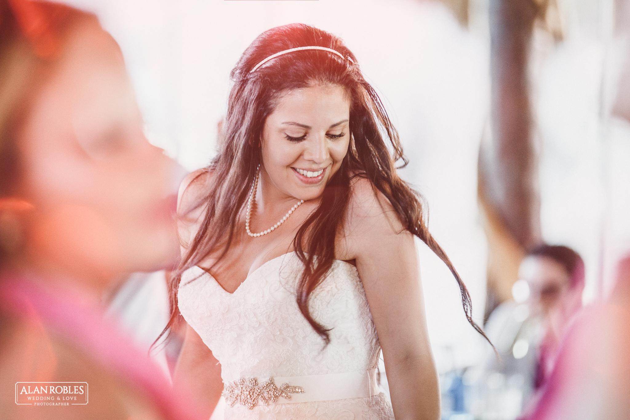 Novia bailando en Fiesta de boda en Hacienda Los Pozos.El mejor fotografo de Bodas Alan Robles.