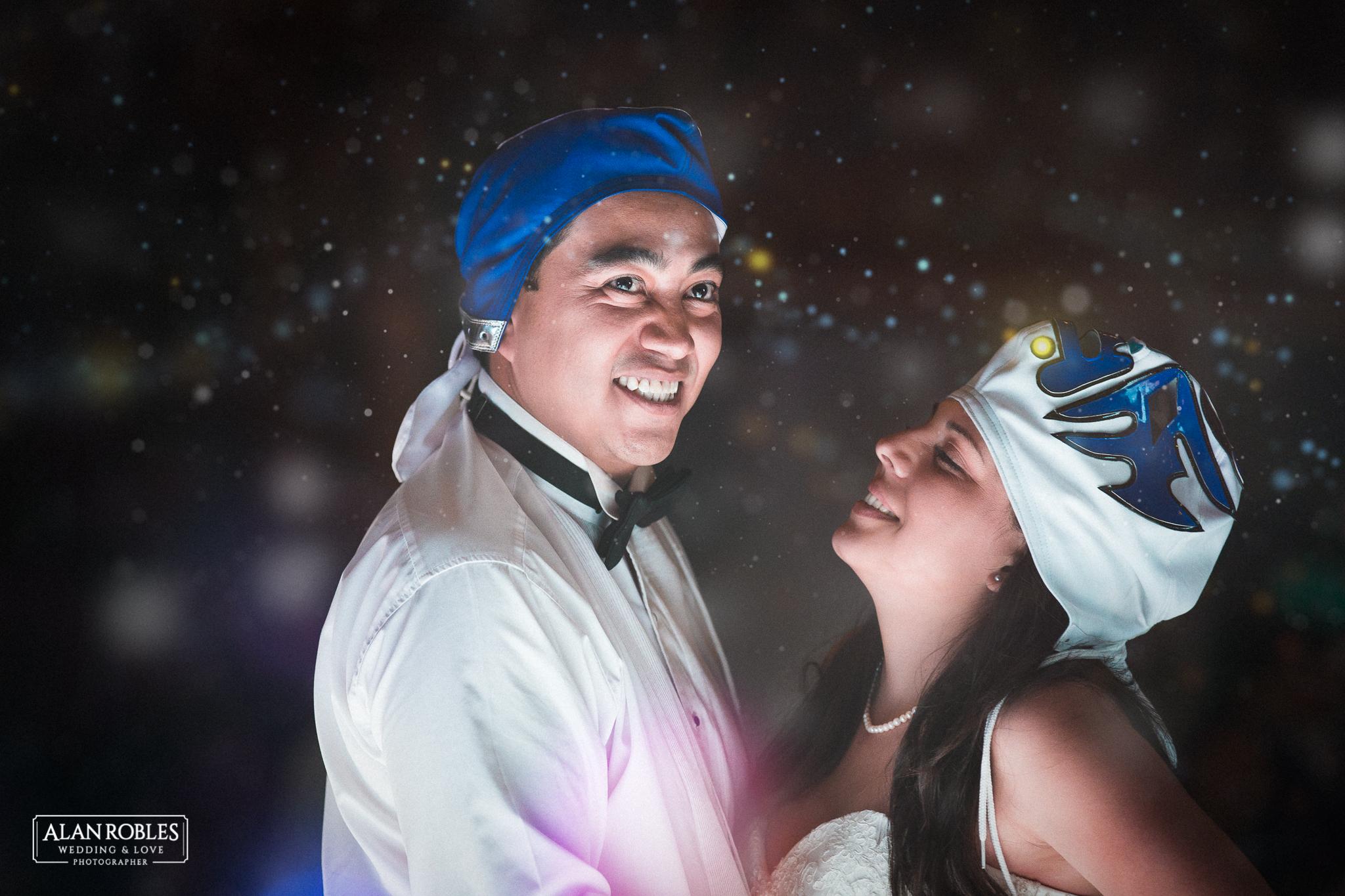 Foto divertida de novios con mascara de luchador en boda en Hacienda Los Pozos.El mejor fotografo de Bodas en Guadalajara Alan Robles.