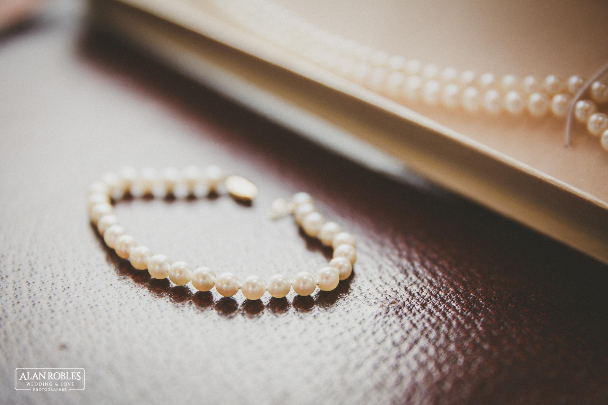 Collar y pulsera accesorios de la novia en el Getting Ready. Alan Robles Fotografo de Bodas.