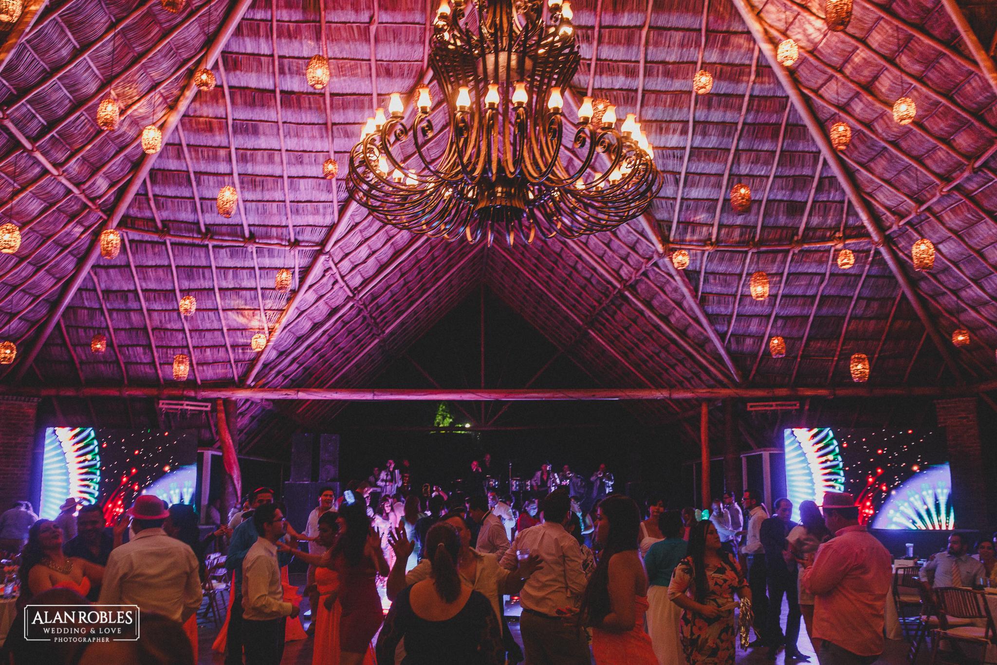 Fiesta de boda en Hacienda Los Pozos. Fotografo de Bodas Alan Robles en Guadalajara.