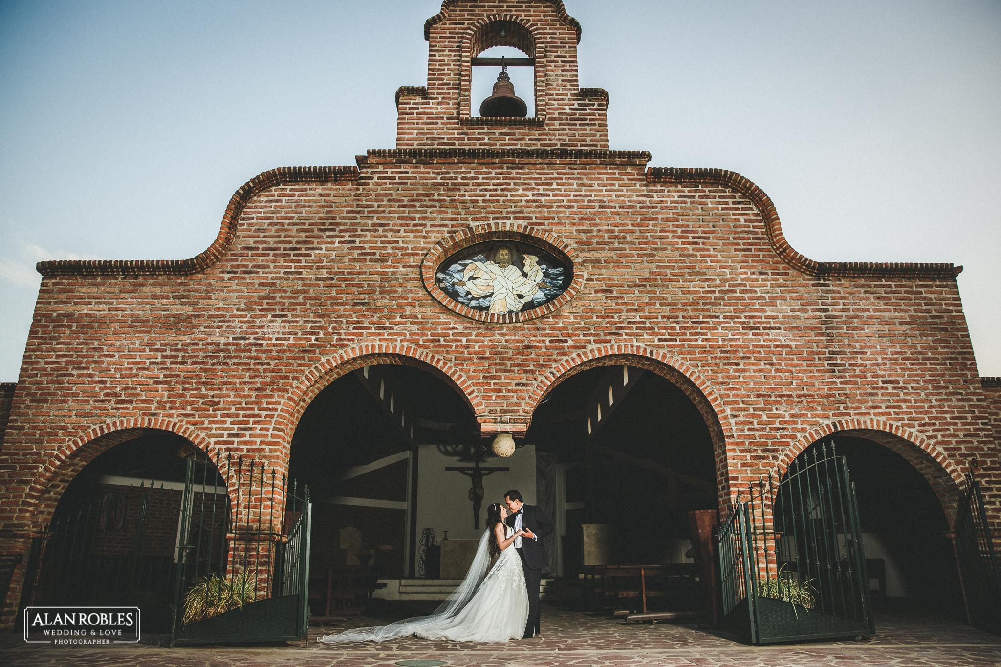 Foto de novios en capilla, hacienda Los Pozos. Fotografo de bodas en Guadalajara Alan Robles. Wedding session.