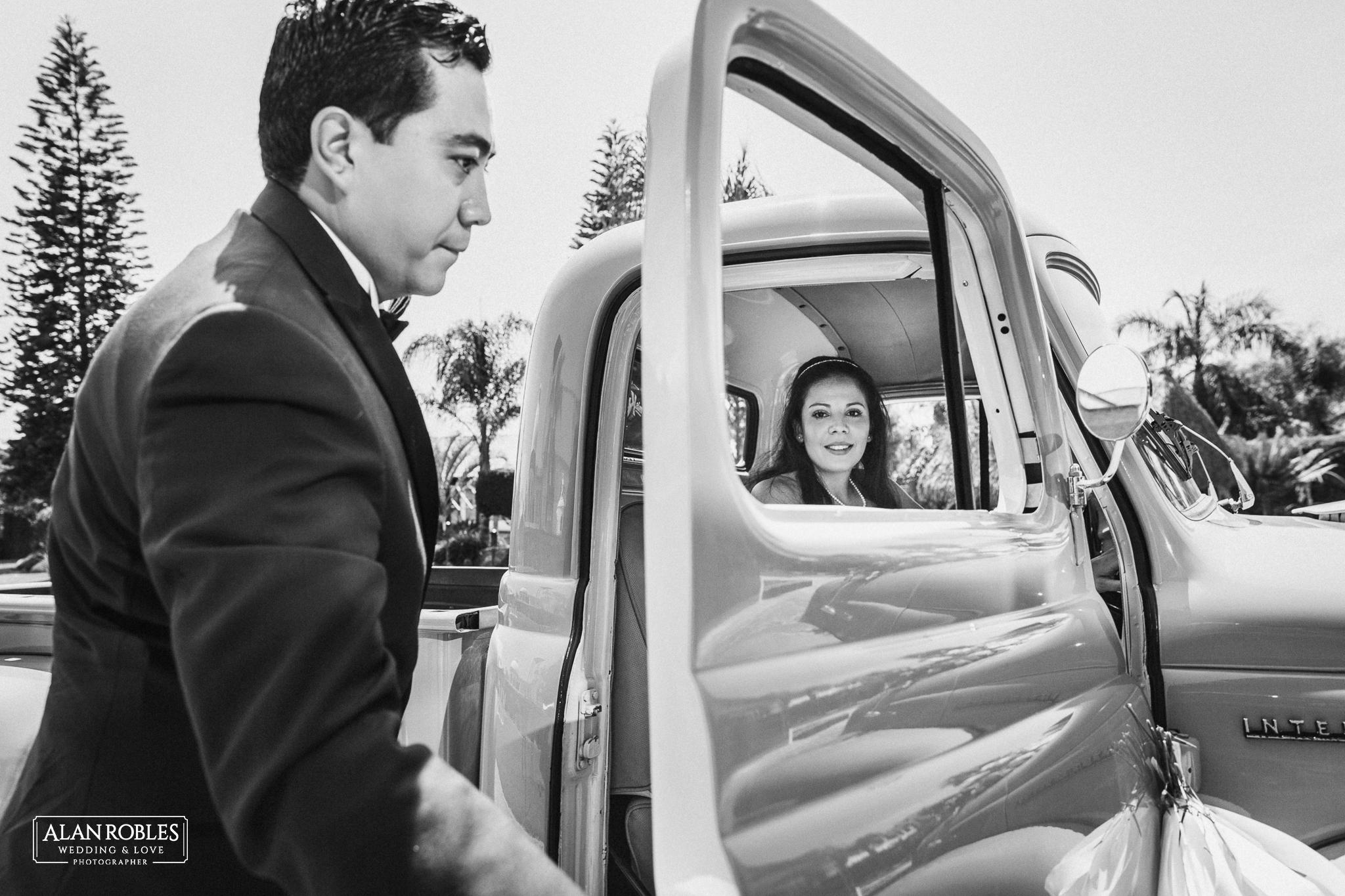 Novios el dia en el coche de bodas llegando a la recepcion de su boda en Hacienda Los Pozos. Fotografo de bodas Alan Robles en Guadalajara.