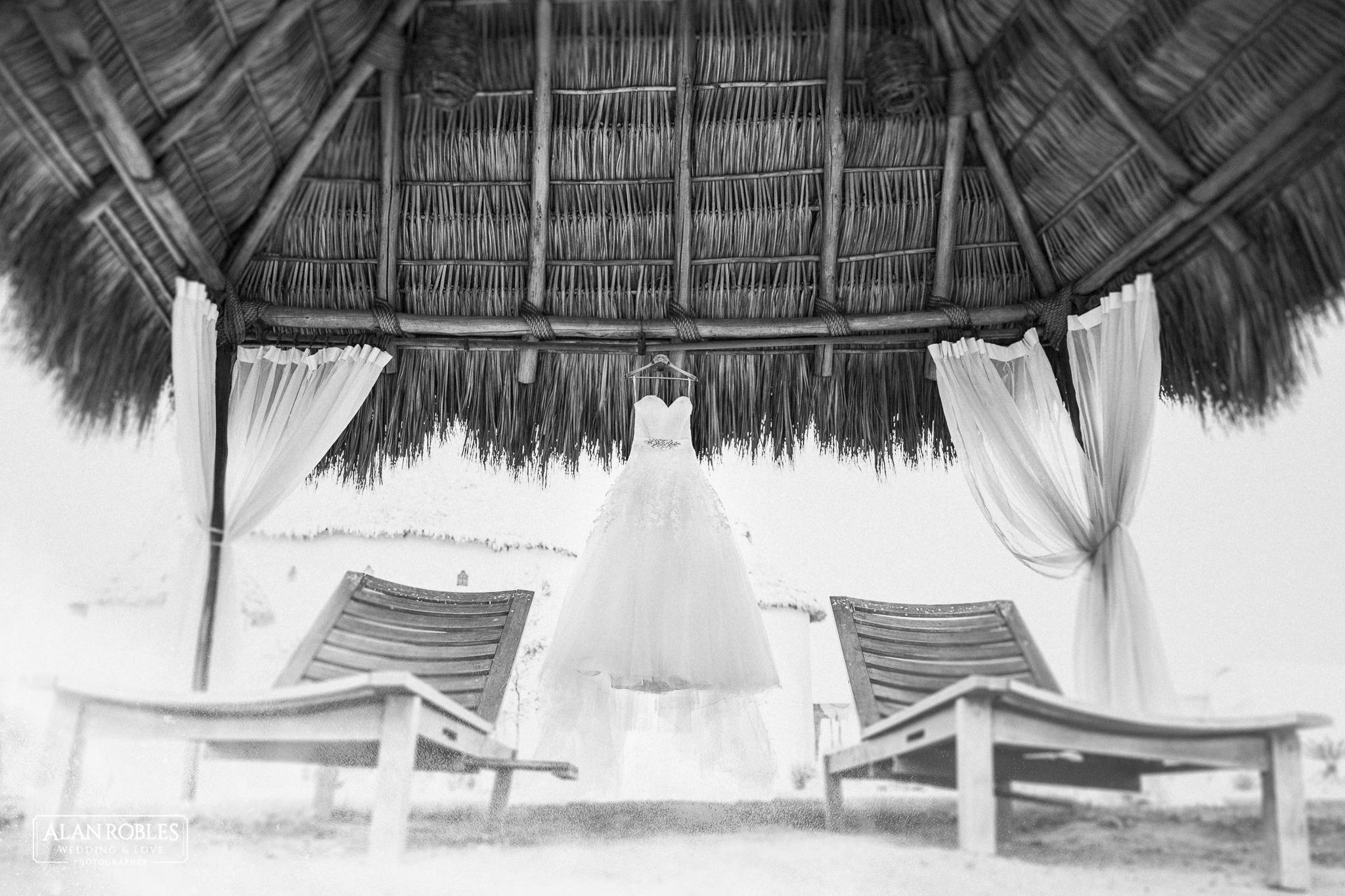 Vestido de novia colgado en una palapa en Hacienda Los Pozos en Guadalajara. Alan Robles Fotografo de Bodas.