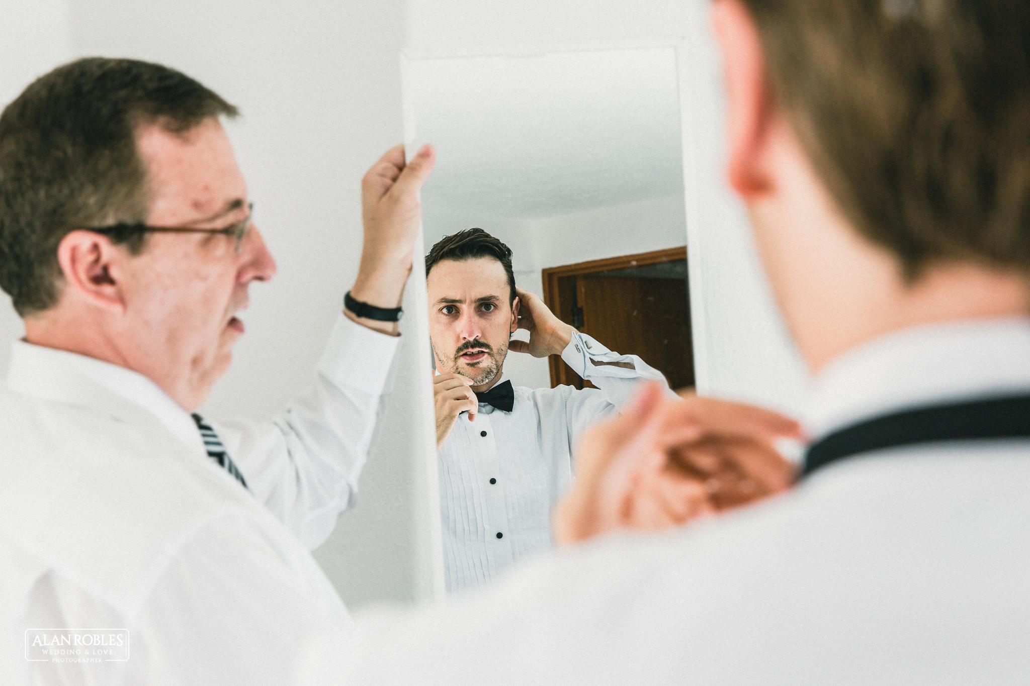 Novio en Getting Ready para su boda. El mejor fotografo de bodas en Guadalajara Alan Robles Wedding Photographer.