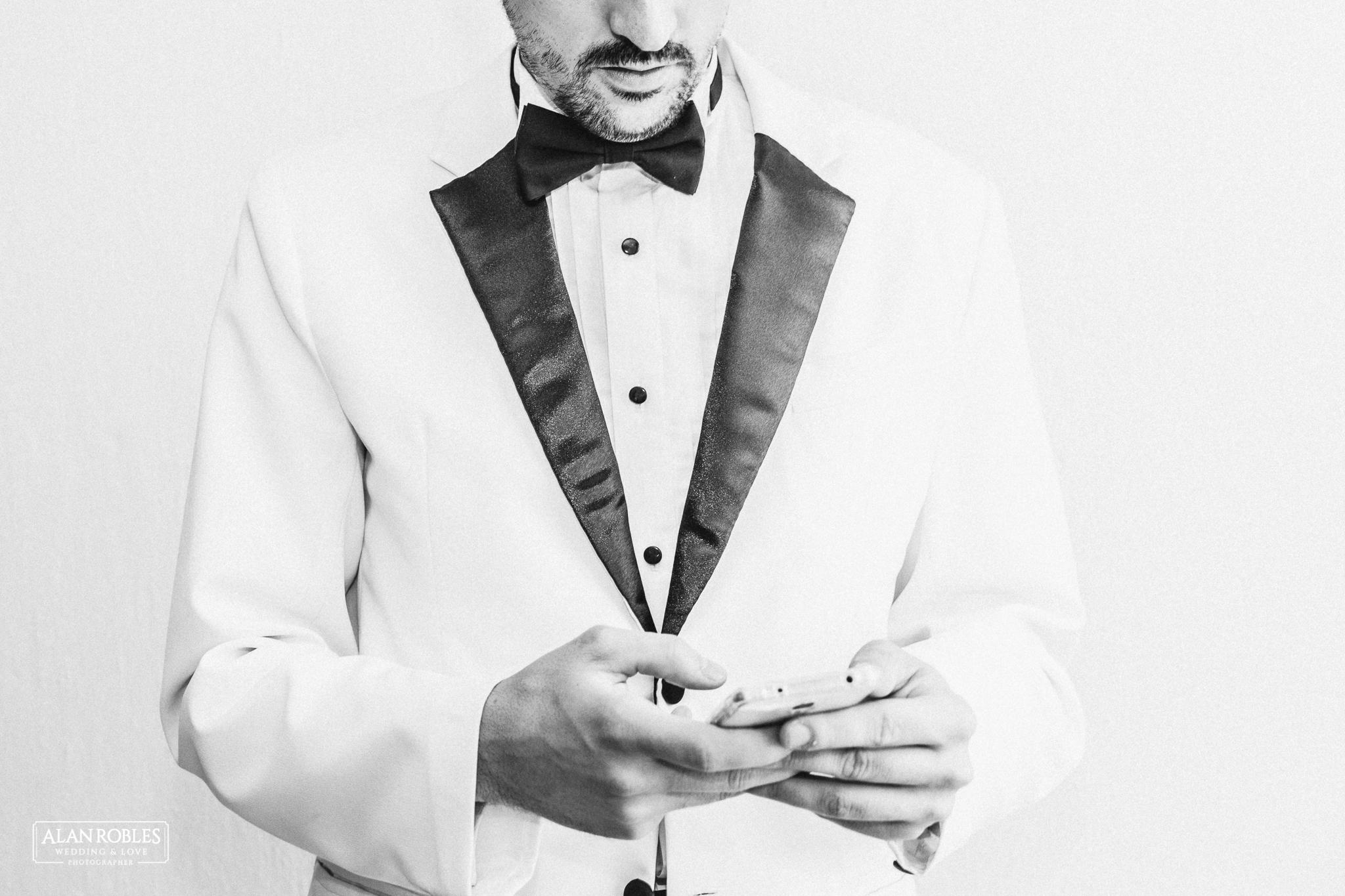Novio en Getting Ready Pidiendo uber para su boda. Wedding Moments. El mejor fotografo de bodas en Guadalajara Alan Robles Wedding Photographer.