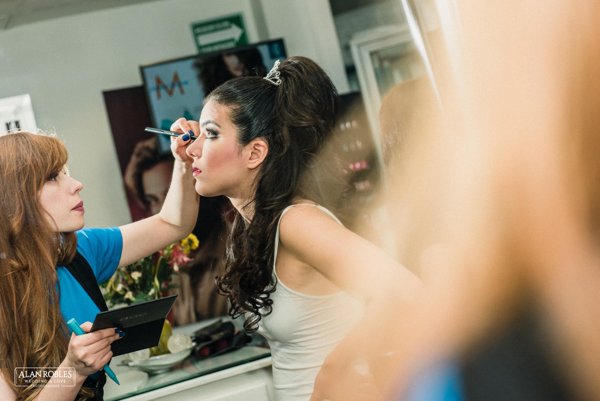 Maquillando a la novia. Getting Ready en Salon Patrice en Guadalajara Bugambilias. Fotografo de Bodas Alan Robles Wedding & Love Photographer.