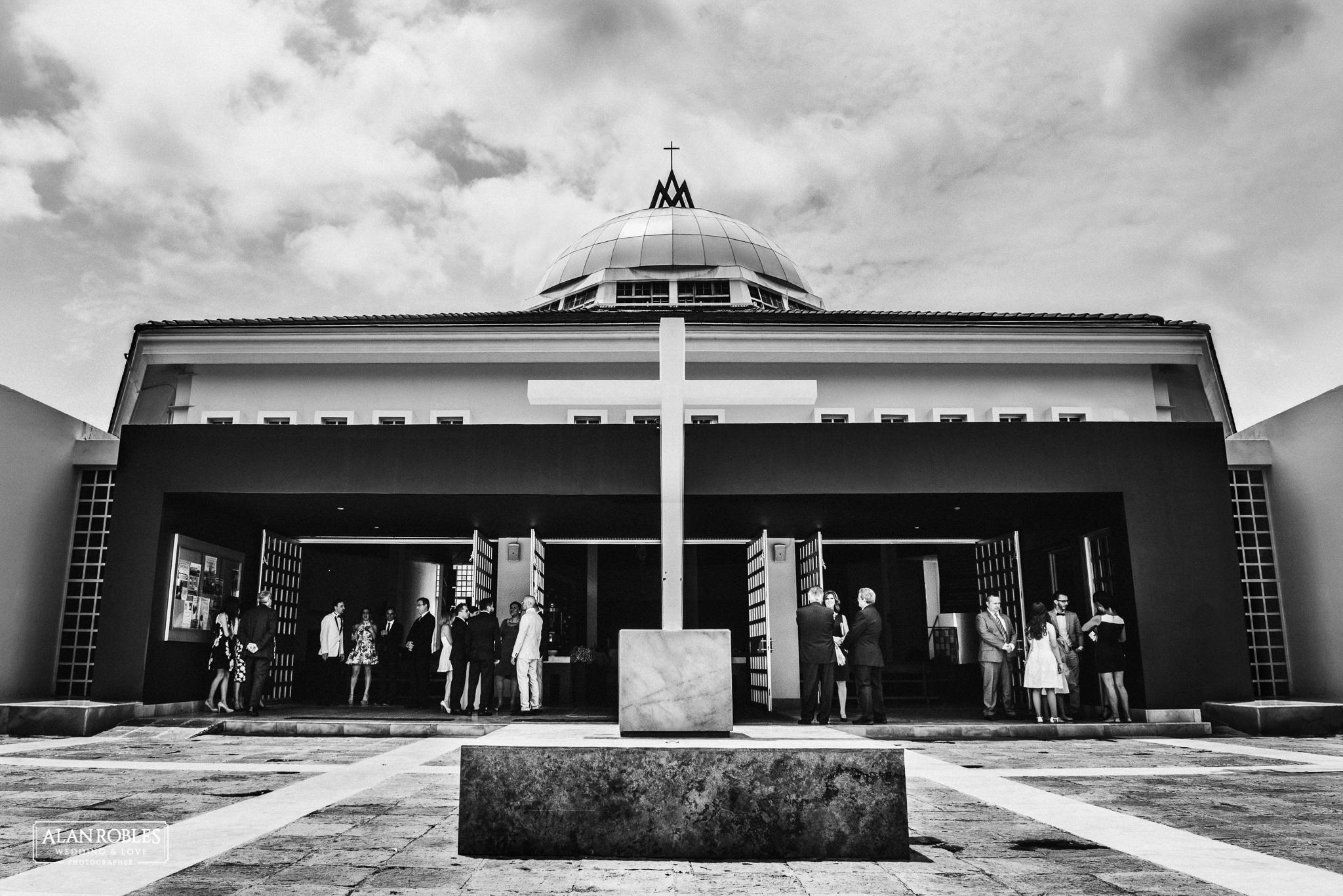 Parroquia de Nuestra señora de las bugambilias. Fotografia de Boda. Vista del exterior. Fotografo profesional de bodas Alan Robles.