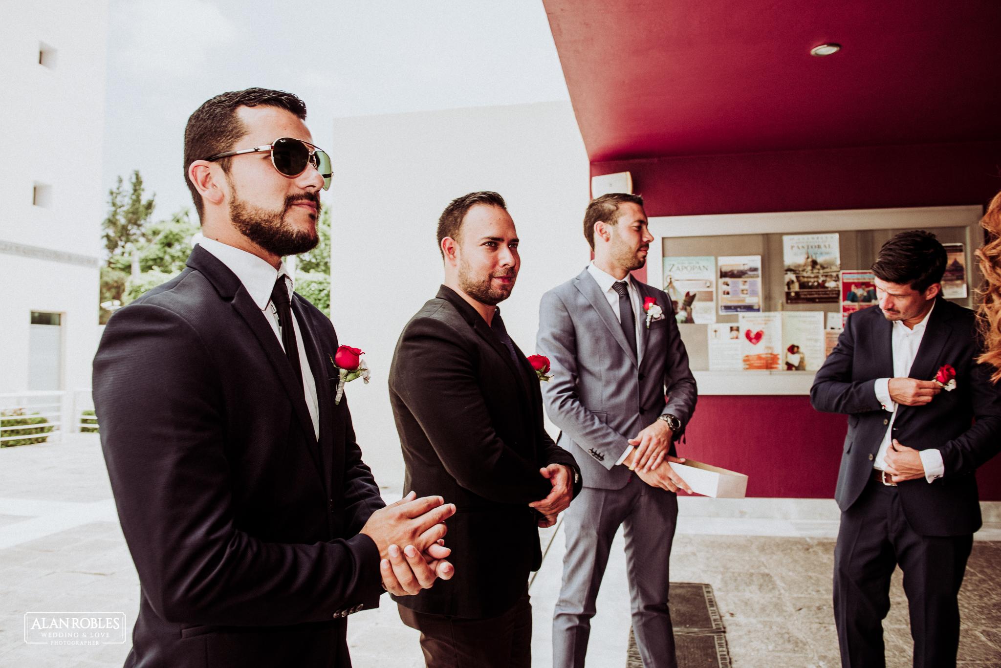 Best men con azar de rosa roja. Fotografo de bodas Alan Robles.