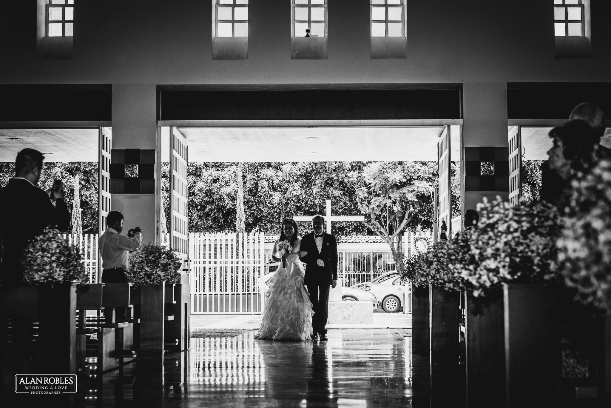 Novia llegando al altar con su padre el dia de su boda. Wedding Day, Wedding moments. Los mejores momentos de boda. Alan Robles Fotografo de bodas en Guadalajara.