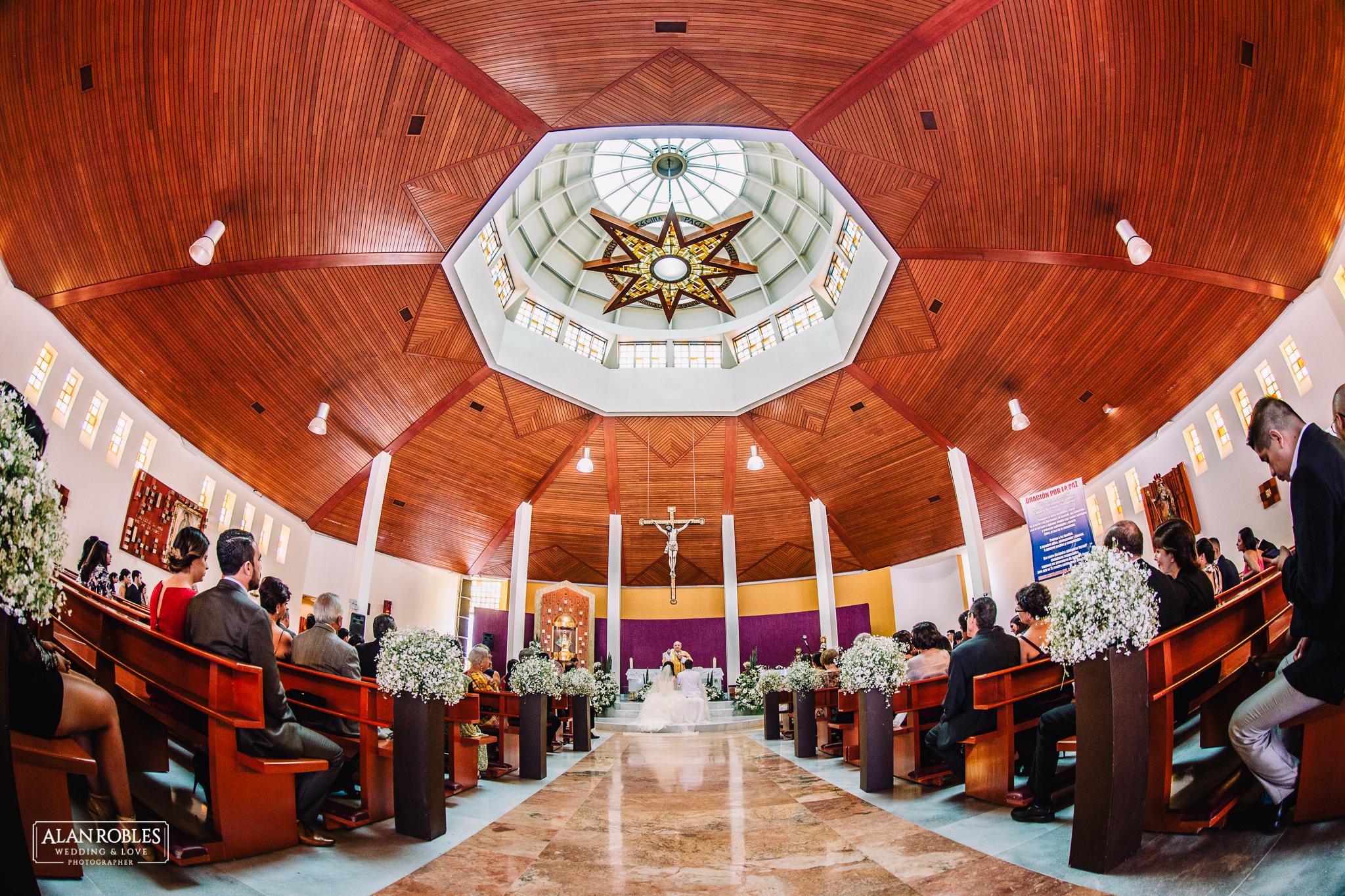 Novios en el altar en Parroquia de Nuestra señora de las bugambilias. Fotografia de Boda. Vista del interior. Fotografo de bodas Alan Robles en Guadalajara. Las mejores fotos de boda.