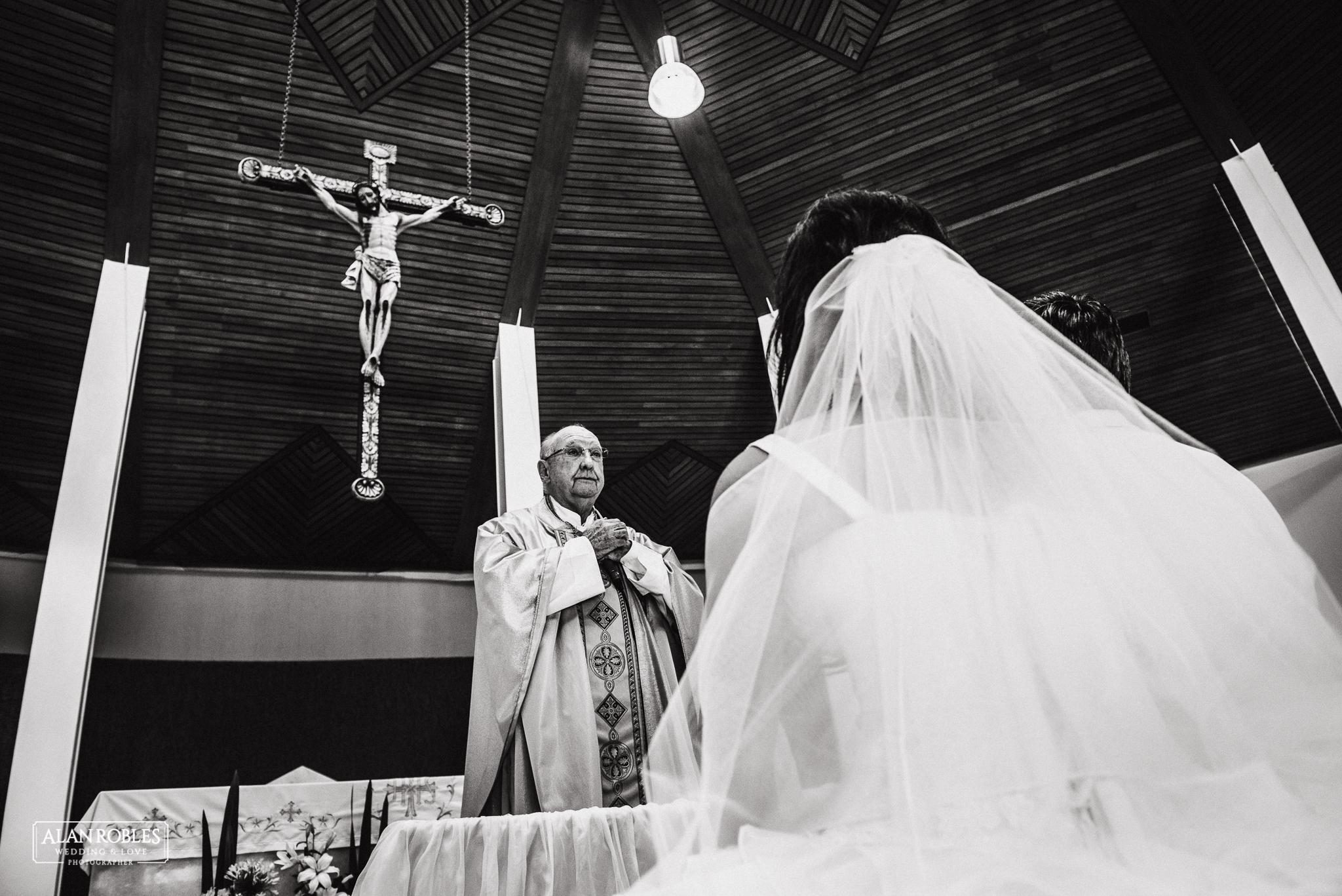 Novios en el altar frente al sacerdote. Nuestra señora de las bugambilias en Guadalajara. Fotografo de bodas Alan Robles Wedding & Love Photographer.