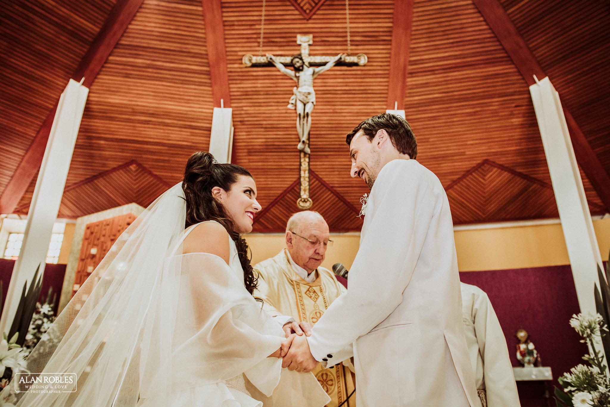 Novios en el altar casandose, Wedding Day. Nuestra señora de las bugambilias en Guadalajara. Fotografo de bodas Alan Robles Wedding & Love Photographer.