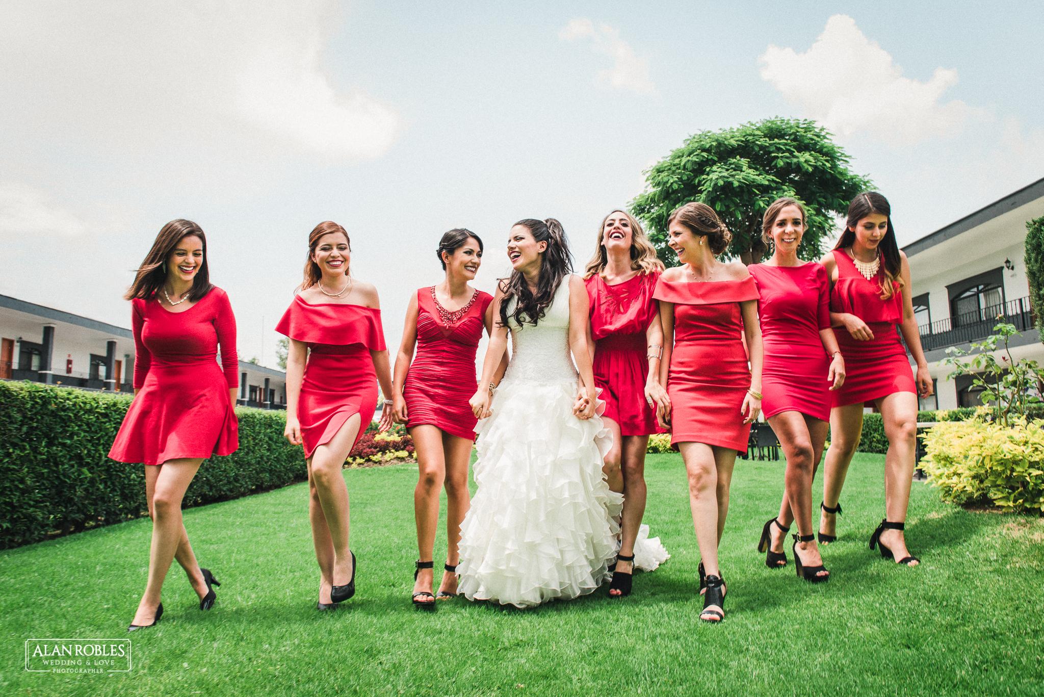 Novia y damas de honor con vestido rojo. Mejores fotos de boda. Fotos divertidas con damas de honor. Alan Robles Fotografo de bodas.