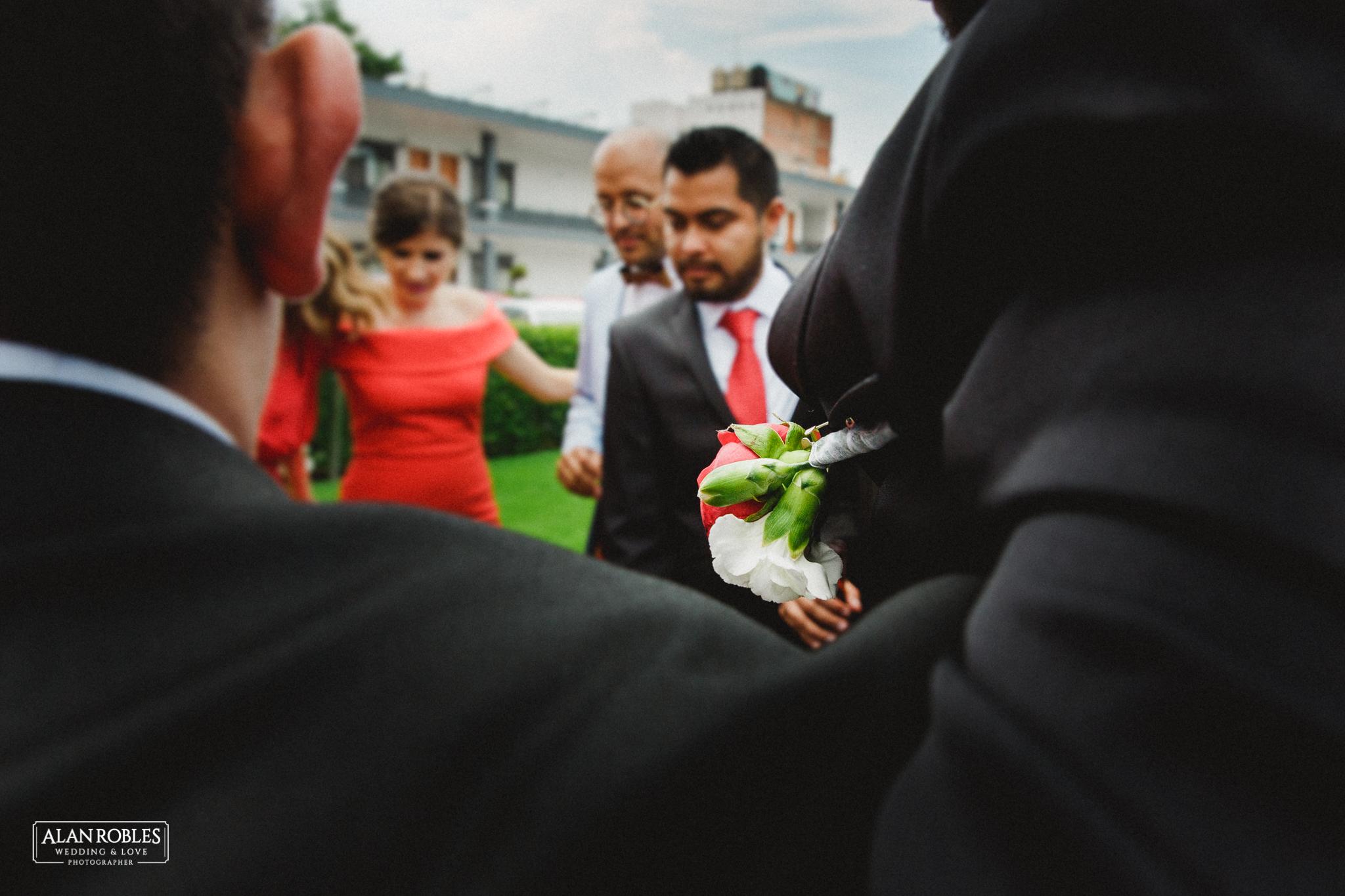 Detalle de Azar en best men. Novios con damas de honor con vestido rojo y best men en sesion fotografica. Mejores fotos de boda. Fotos divertidas con damas de honor. Alan Robles Fotografo de bodas.
