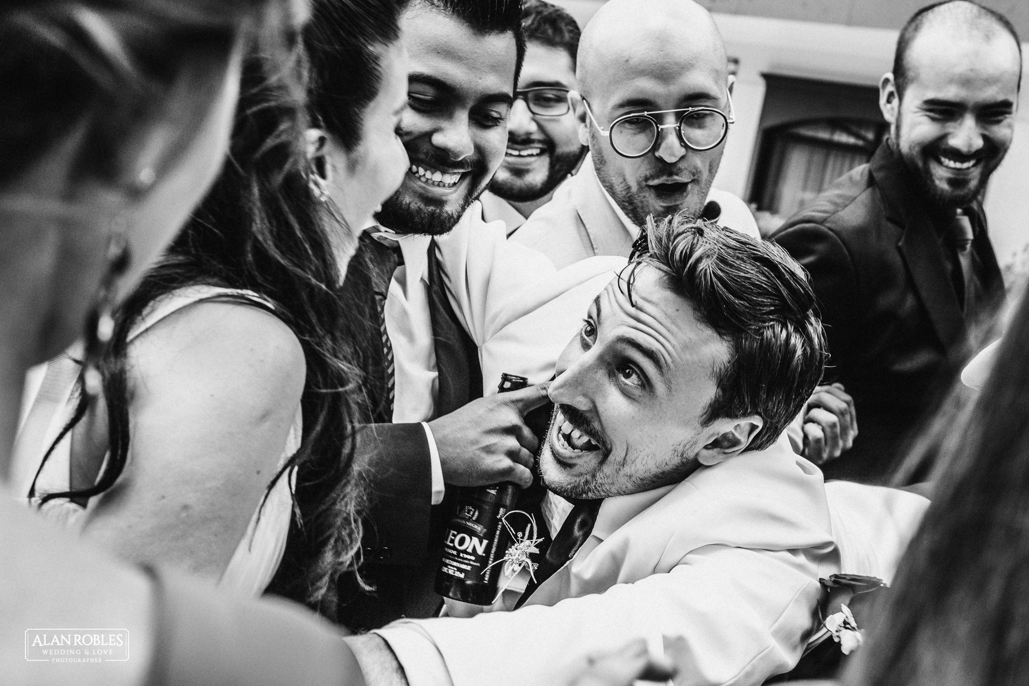 Novios con damas de honor y best mens en sesion fotografica. Mejores fotos de boda. Fotos divertidas con damas de honor. Alan Robles Fotografo de bodas. Humor.