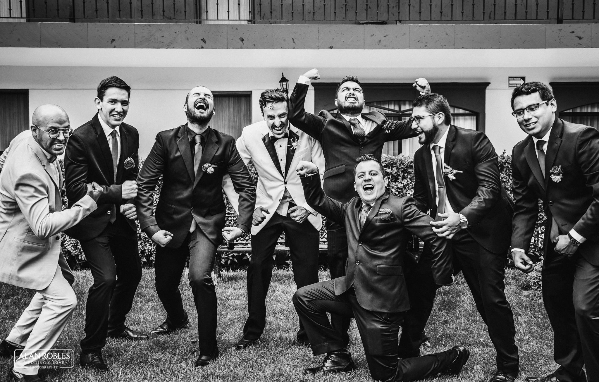 Novio y Best mens en sesion fotografica el dia de su boda. Sesion de fotos divertidas. Hulk. Fotografo de bodas Alan Robles.