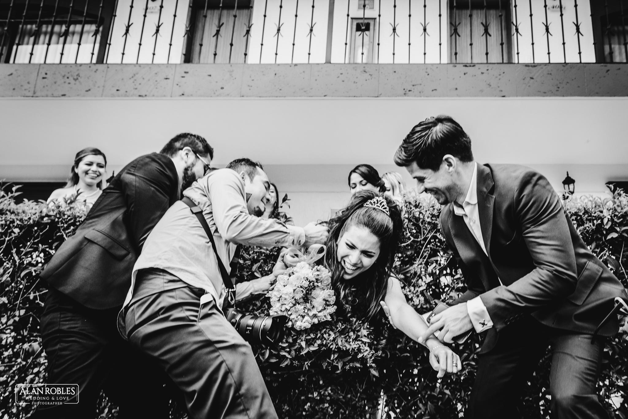 Wedding Moments. Momentos divertidos en boda. Sesion con damas de honor. Humor, novia cae en arbustos. Fotografo de bodas Alan Robles Wedding & Love Photographer.