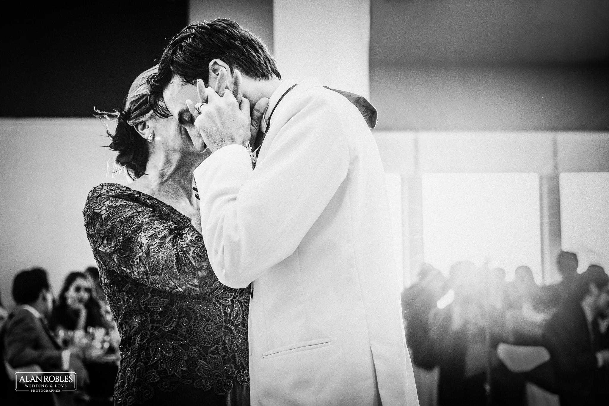 Wedding Moments. Los mejores momentos de boda. Novio en vals con su madre. Fotografo de bodas en Guadalajara. Alan Robles.