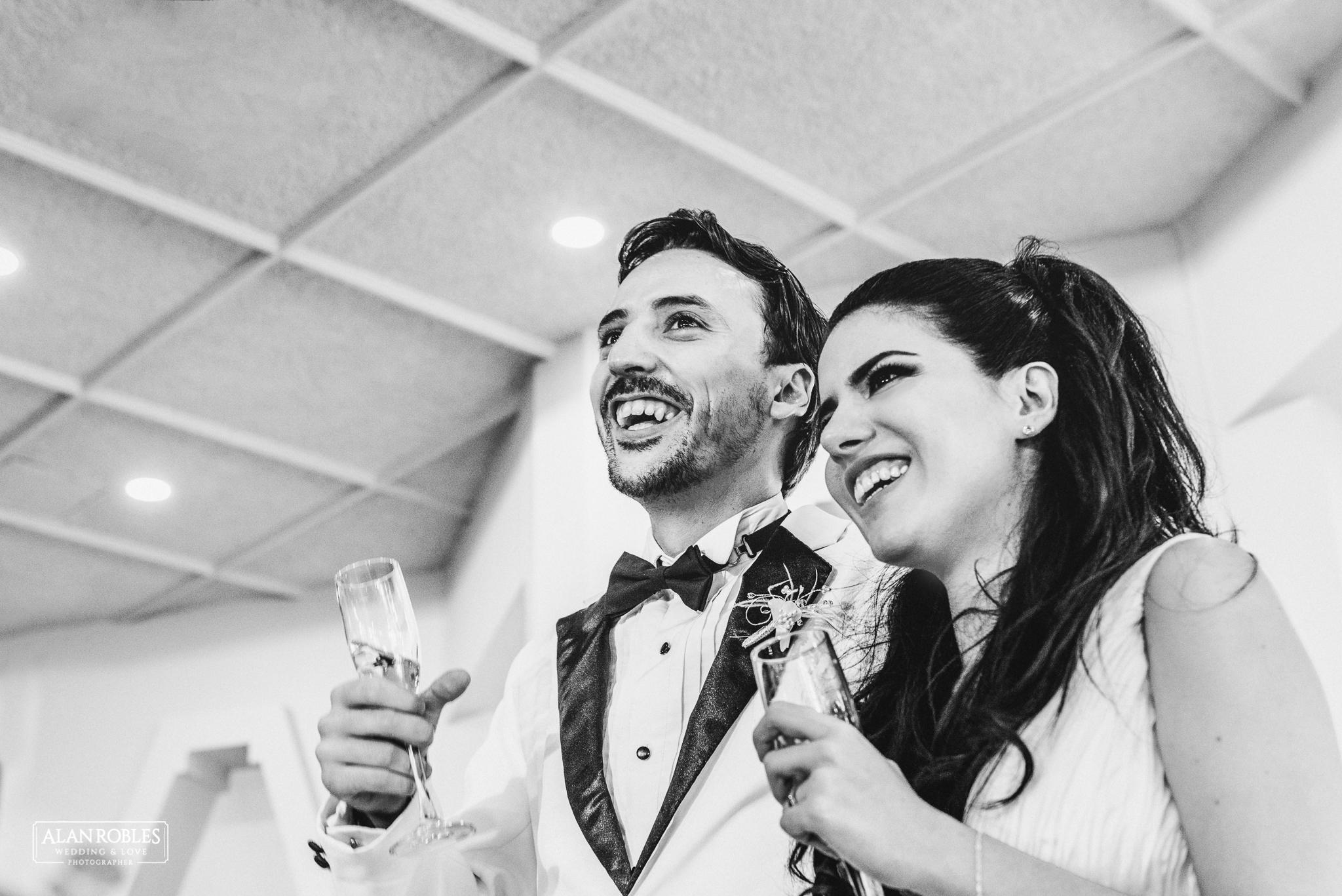 Brindis en boda. Novios con copas en el brindis. Recepcion y fiesta de boda. Novios sonrientes. Retrato. Alan Robles Wedding & Love Photographer, Fotografo de bodas en Guadalajara.