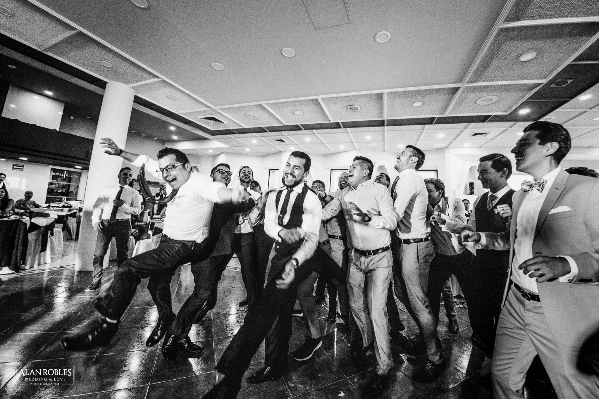 Lanzamiento de liga. Novio aventando la liga. Recepcion y fiesta de bodas. Wedding Moments, las mejores fotos de boda. Alan Robles fotografo de bodas en Guadalajara.