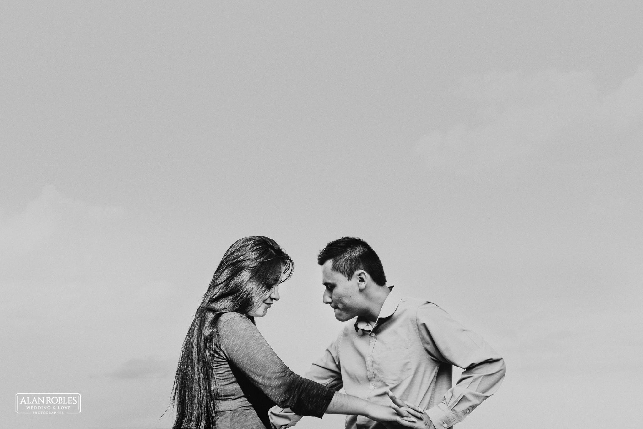 Sesion de fotos Preboda en Laguna de Cajititlan. Fotografia de bodas - Alan Robles Wedding & Love Photographer, Fotografo de bodas en Guadalajara. Fotografia Blanco y negro.