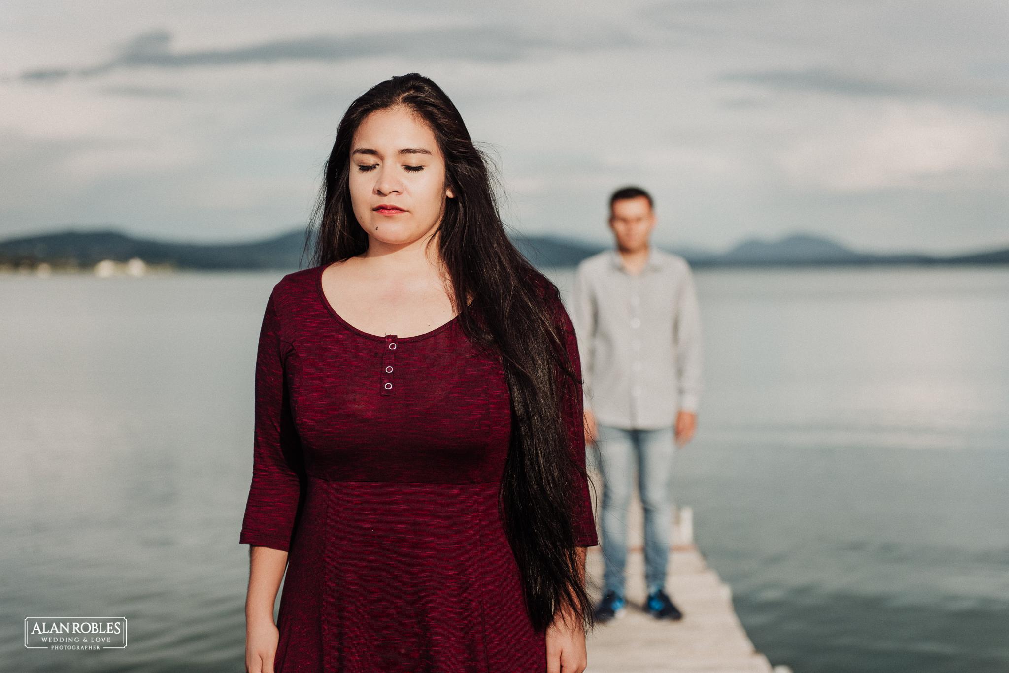 Sesion de fotos Preboda en Laguna de Cajititlan. Fotografia de bodas - Alan Robles Wedding & Love Photographer, Fotografo de bodas en Guadalajara. Muelle en lago, fotos creativas para boda. Ideas para fotos de boda.