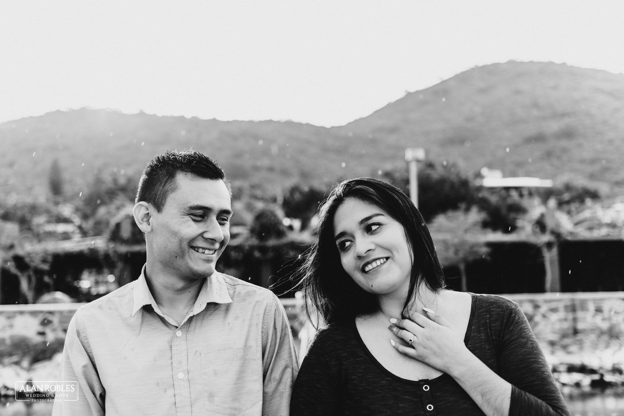 Sesion de fotos Preboda en Laguna de Cajititlan. Fotografia de bodas - Alan Robles Wedding & Love Photographer, Fotografo de bodas en Guadalajara. Fotografia Blanco y negro. Anillo de compromiso.