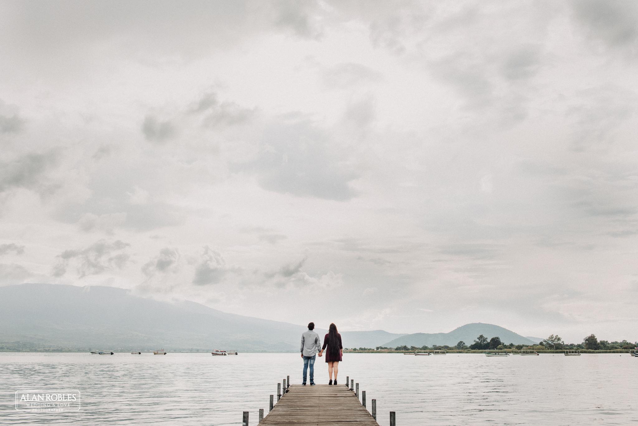 Sesion de fotos Preboda en Laguna de Cajititlan. Fotografia de bodas - Alan Robles Wedding & Love Photographer, Fotografo de bodas en Guadalajara. Fotos Creativas de boda, ideas para fotos de boda.