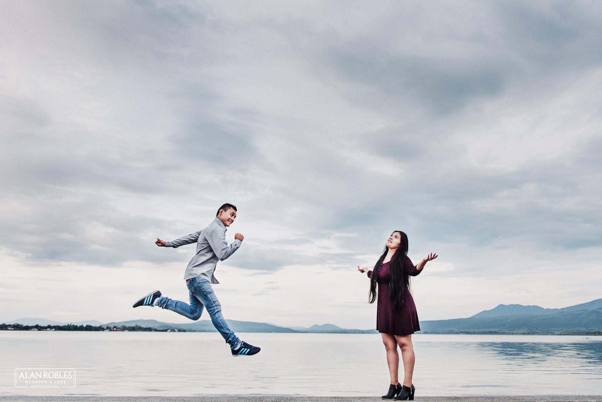 Sesion de fotos Preboda en Laguna de Cajititlan. Fotografia de bodas - Alan Robles Wedding & Love Photographer, Fotografo de bodas en Guadalajara. Muelle en lago, fotos creativas para boda. Ideas para fotos de boda. Fotos divertidas, sesion divertida de amor.